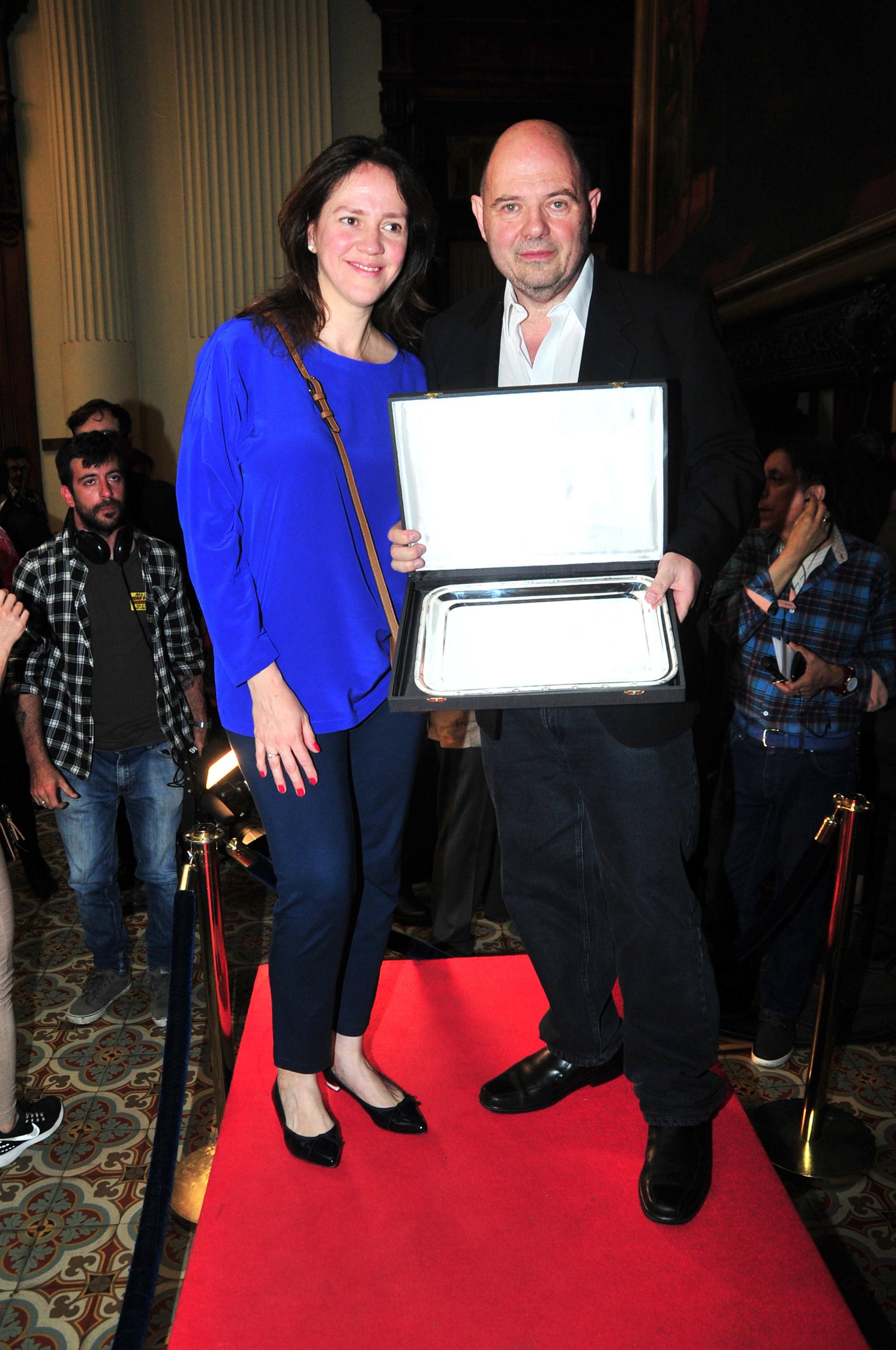 El empresario Carlos Rottemberg fue distinguido por su extensa trayectoria y su aporte a la cultura en el Congreso de La Nación. Lo acompañó su esposa, Karina Pérez (Vero Guerman / Teleshow)