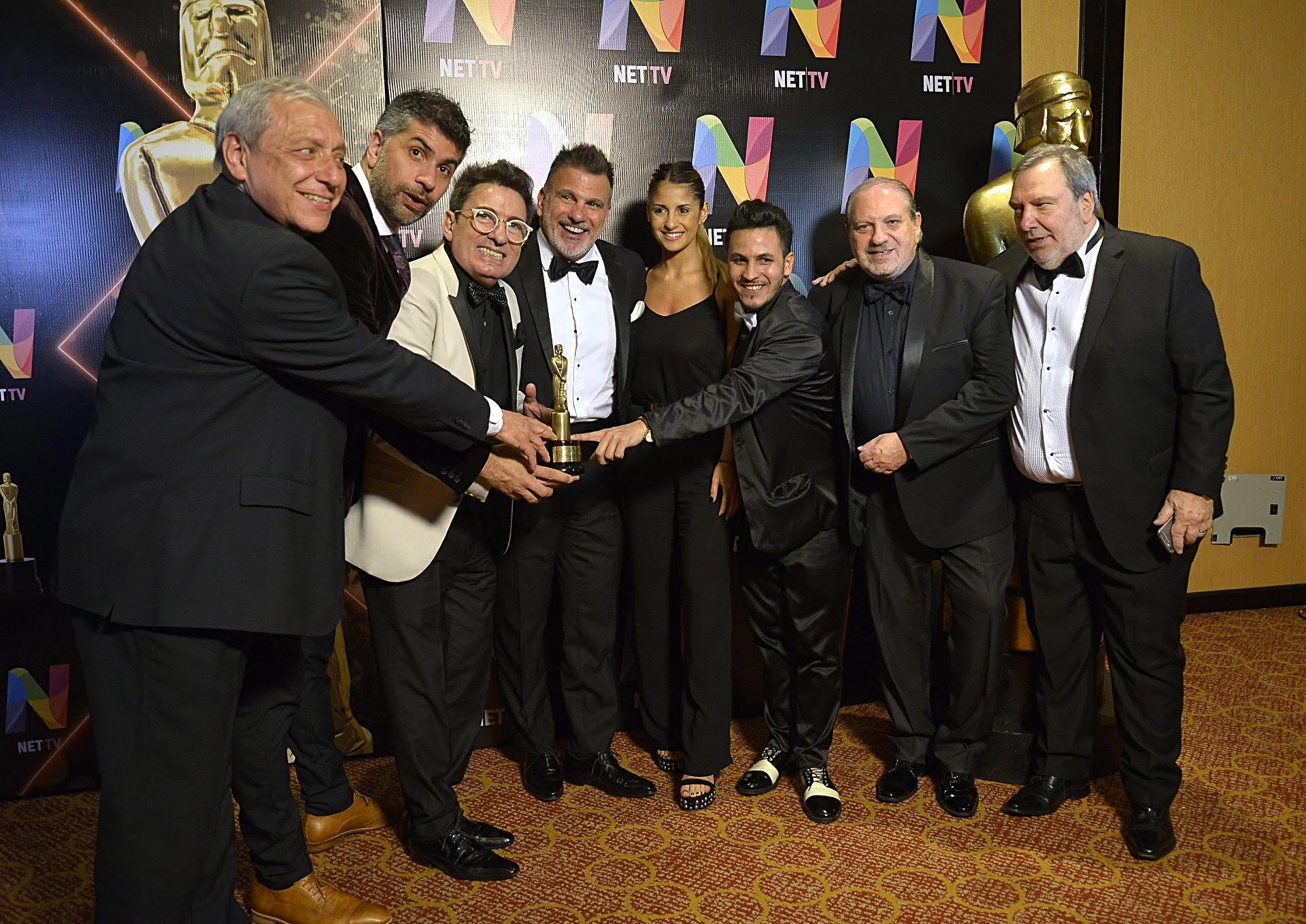 """Beto César junto al equipo de """"Domingo 910"""", de radio La Red, galardonado como el mejor programa semanal de interés general en AM y FM"""