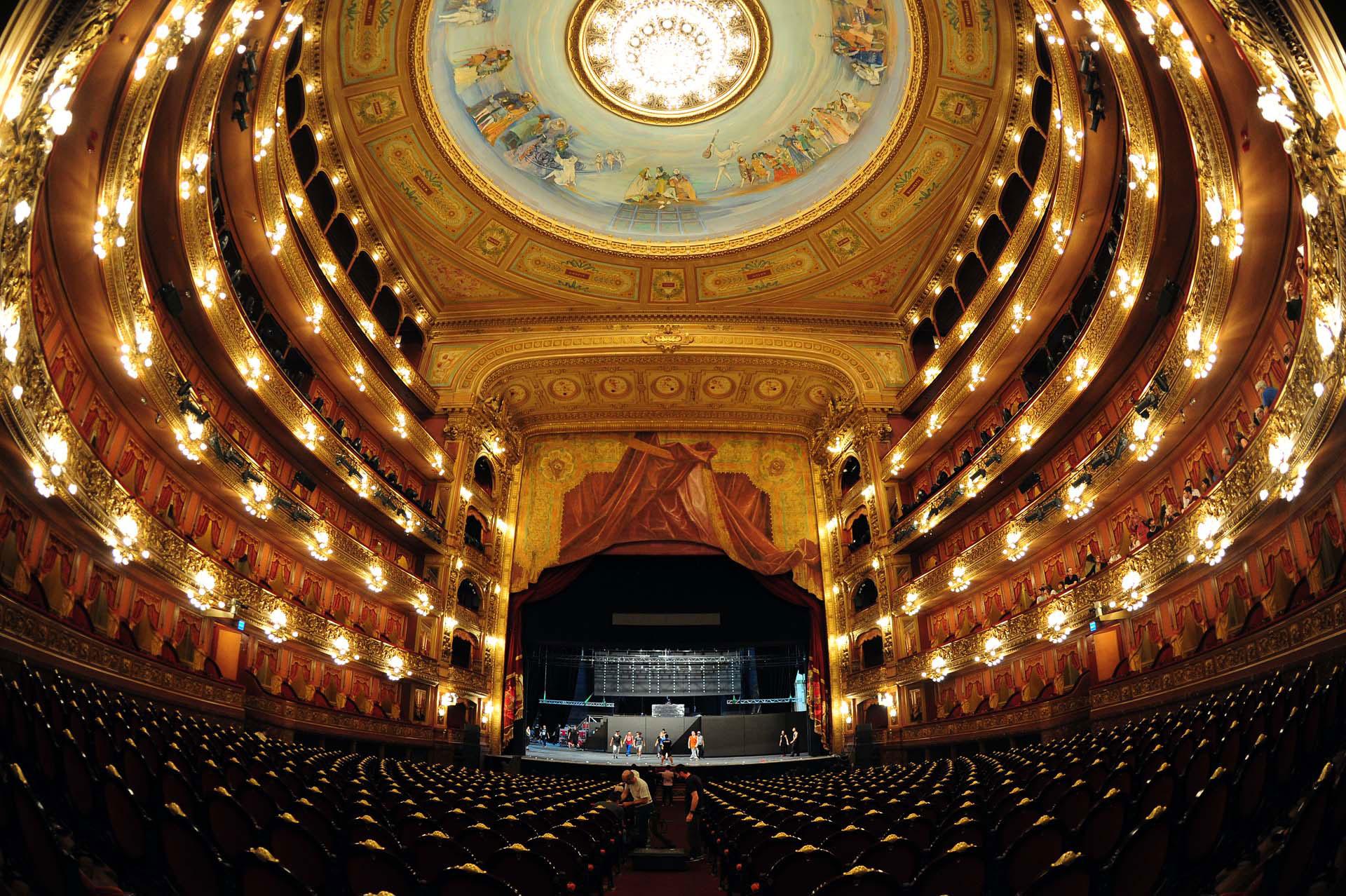 Una vista completa de la sala principal, en forma de herradura, bordeada por sus palcos