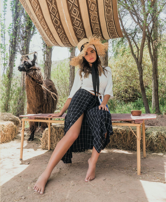 Top cruzado con lazo (Melocotón) y falda con botones ($ 2.900, La Cofradía).