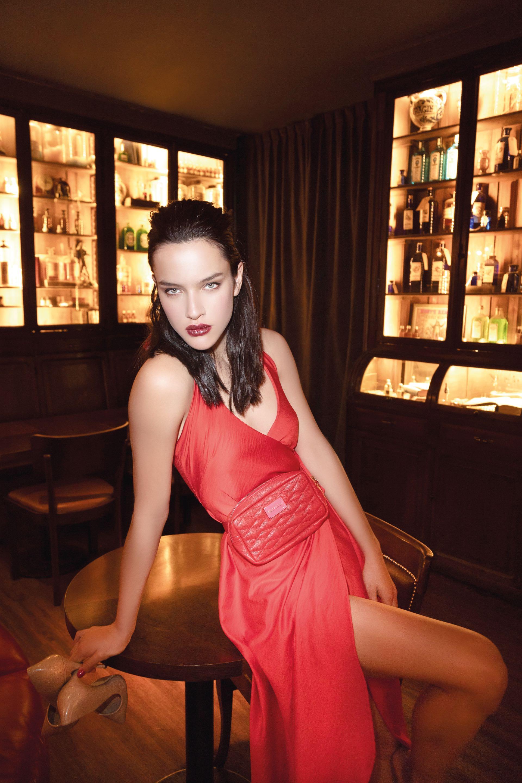 Vestido largo cache-coeur ($ 3.799, La Cofradía) y riñonera de cuero ($ 2.200, Olivetta).