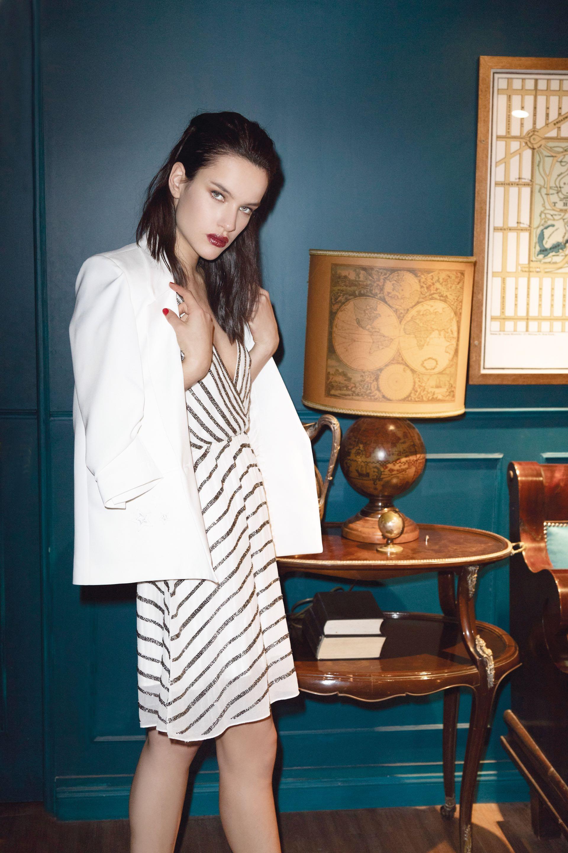 Blazer de gabardina ($ 4.250, Zhoue) y vestido corto bordado con lentejuelas ($ 6.900, Rapsodia).