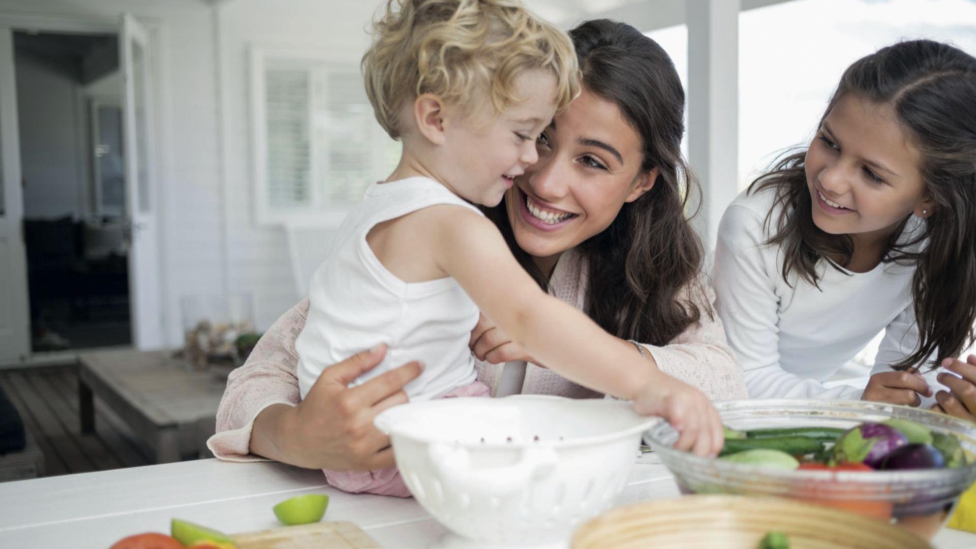 """""""Los pilares de esta alimentación no se basan únicamente en la selección de ciertos alimentos, sino en el disfrute, el placer y el poder compartirlos en familia"""".Licenciada en Nutrición Laura Romano"""