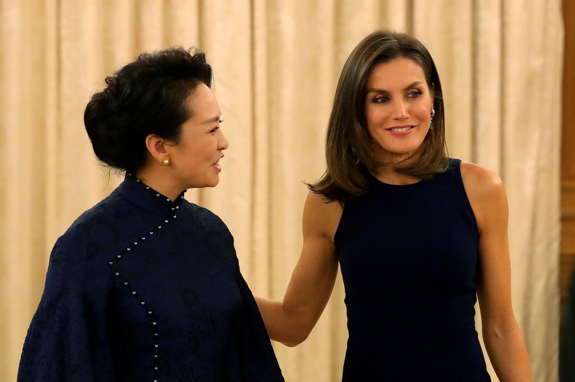 Letizia y Peng Liyuan conversaron animadamente durante la cena privada, que se llevó a cabo en el Palacio de la Zarzuela