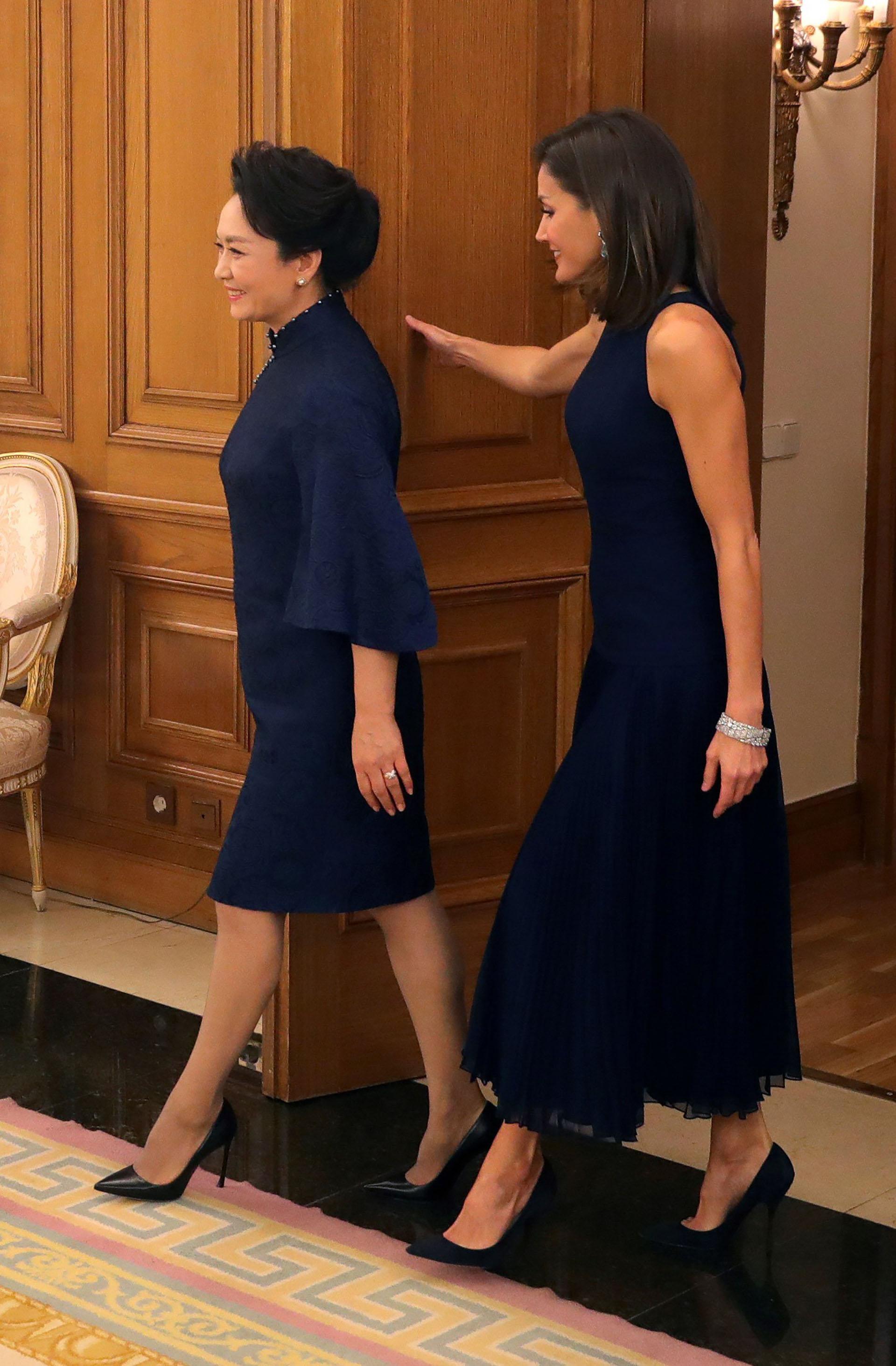 Ambas mujeres caminan juntas luciendo vestidos azules y stilettos negros. El 15 de septiembre, Letizia cumplió 46 años y lo festejó en la intimidad de su familia