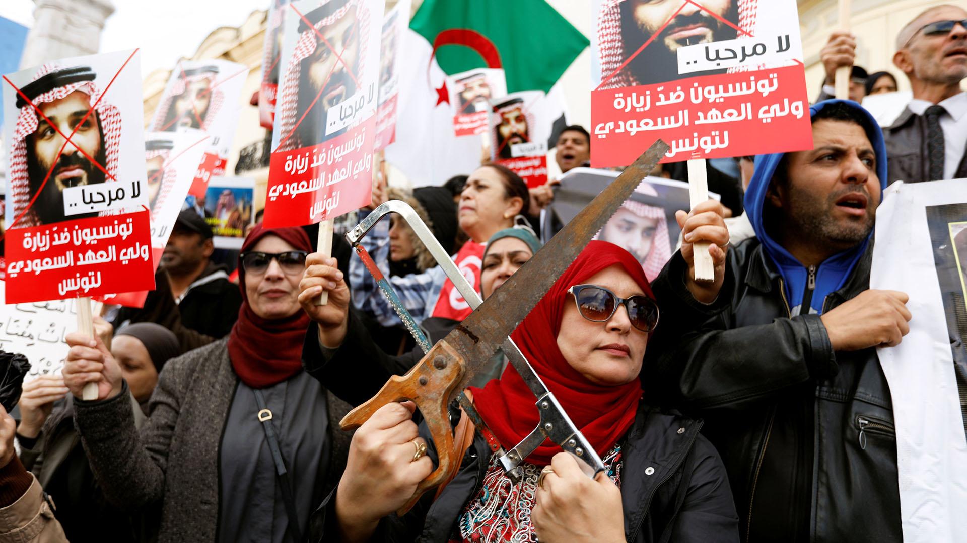 Manifestación en Túnez contra la visita al país del príncipe heredero de Arabia Saudita (REUTERS/Zoubeir Souissi)