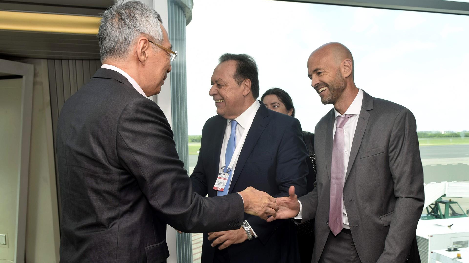 El ministro de Turismo, Guillermo Dietrich, saluda a Lee Hsien Loong