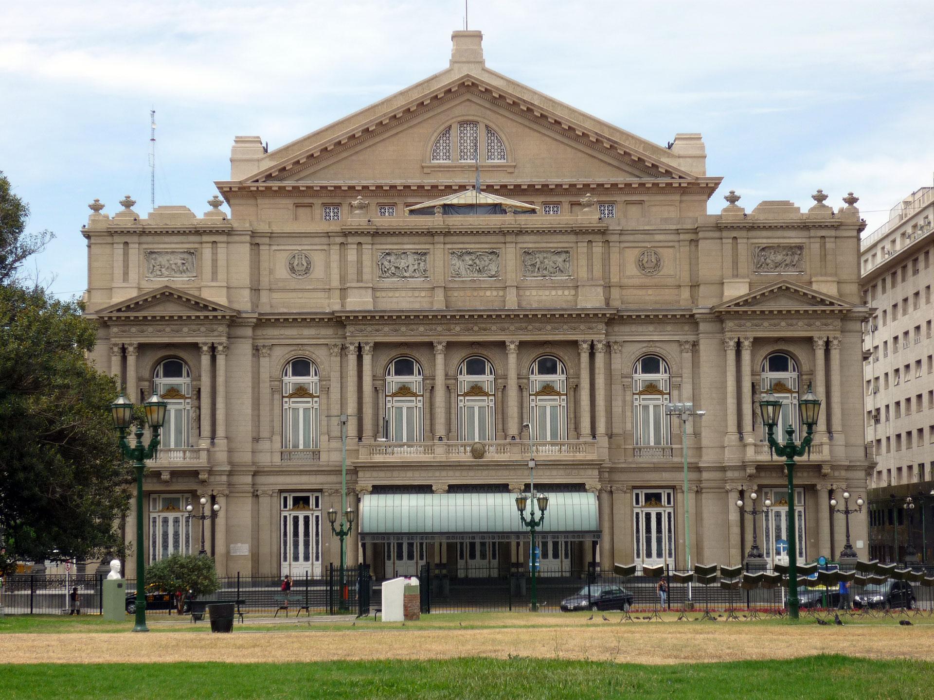 El teatro Colón, construido bajo las normas del estilo francés . Las fachadas están divididas en tres órdenes arquitectónicos.