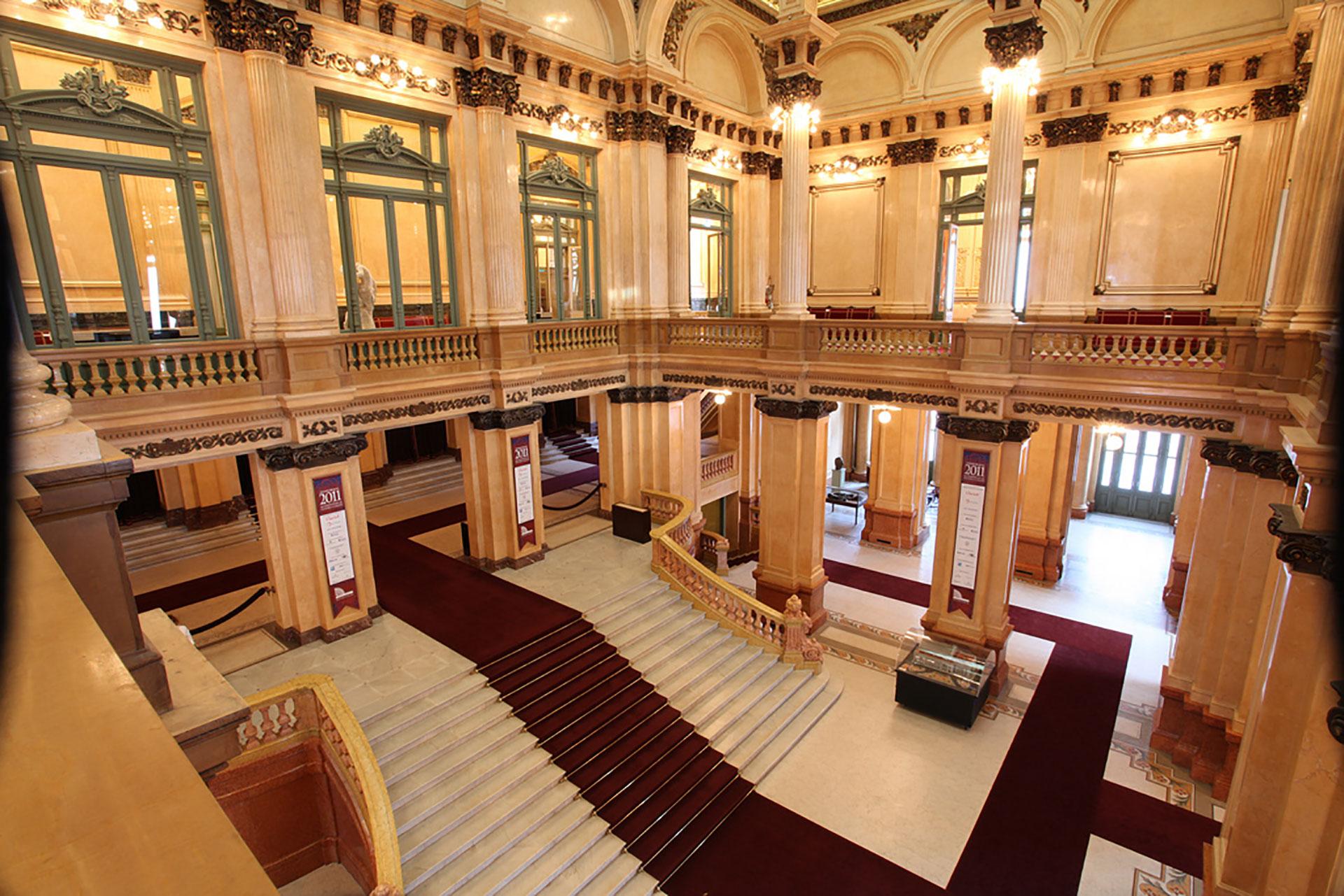 El majestuoso foyer revestido en mármol