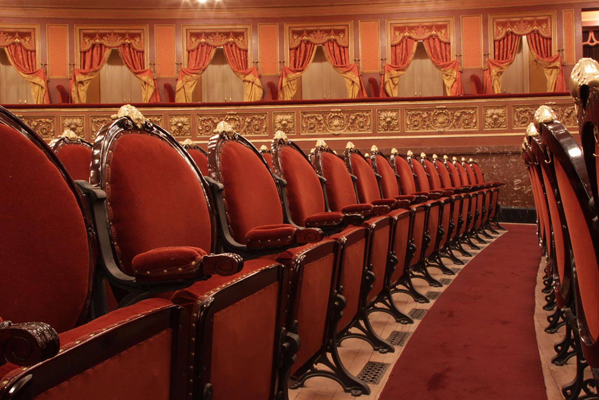 Las sillas de madera revestidas en terciopelo, al igual que la alfombra garantizan la perfecta acússtica