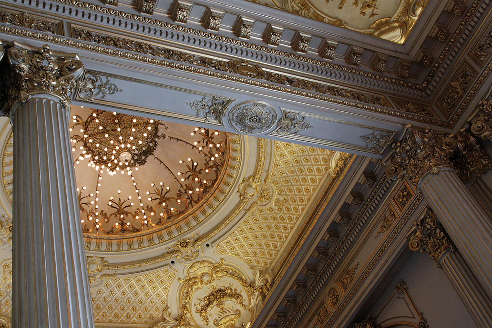 Ornamentos eclécticos en techos y columnas deslumbran a sus visitantes
