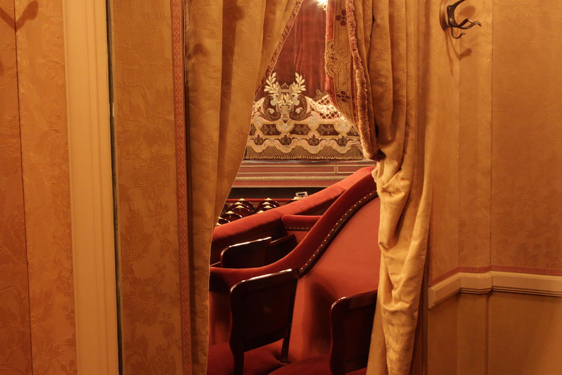 Materiales nobles en madera, hilo y terciopelo decoran los ambientes