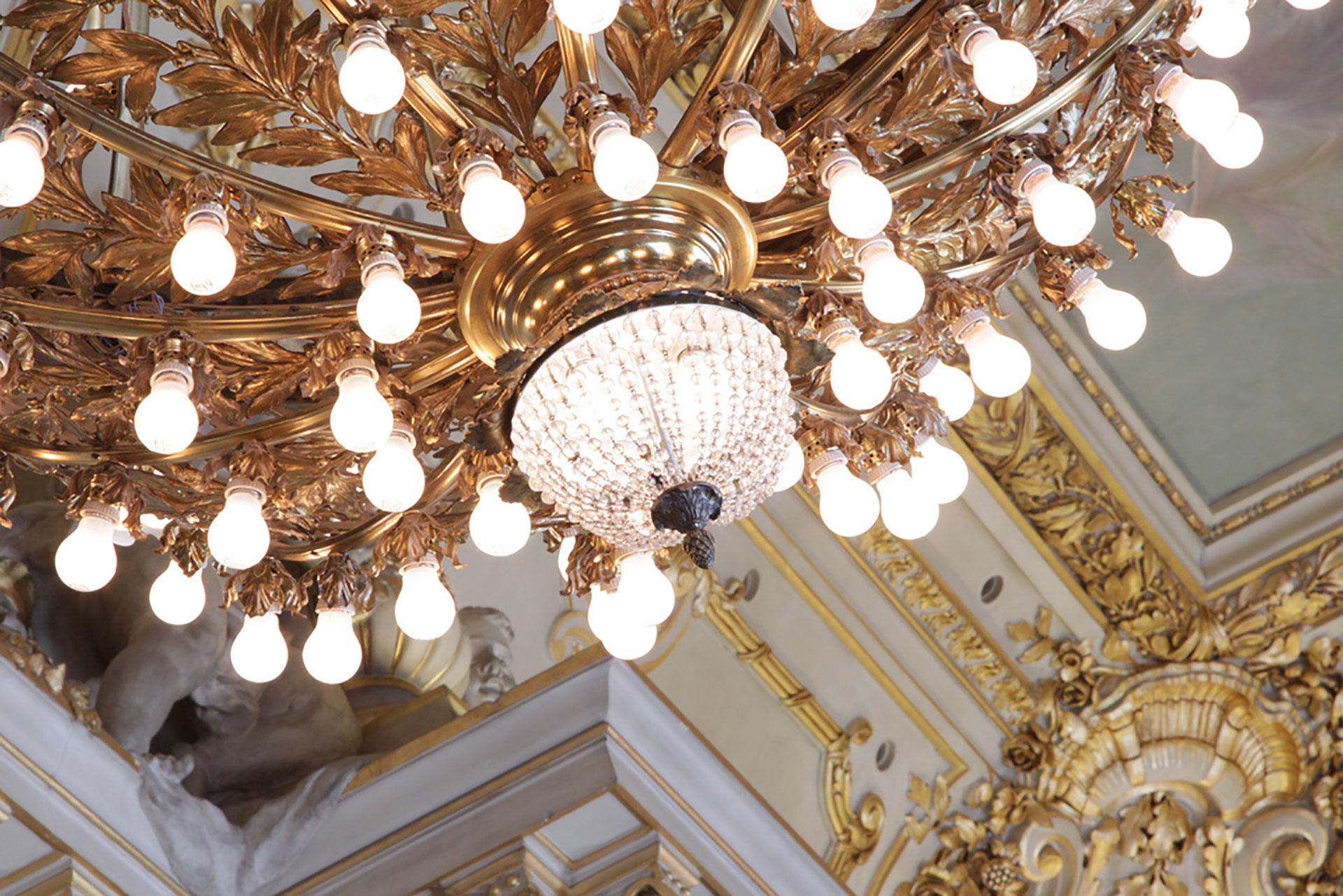 Los imponentes candelambros revestidos en oro con más de 50 luces