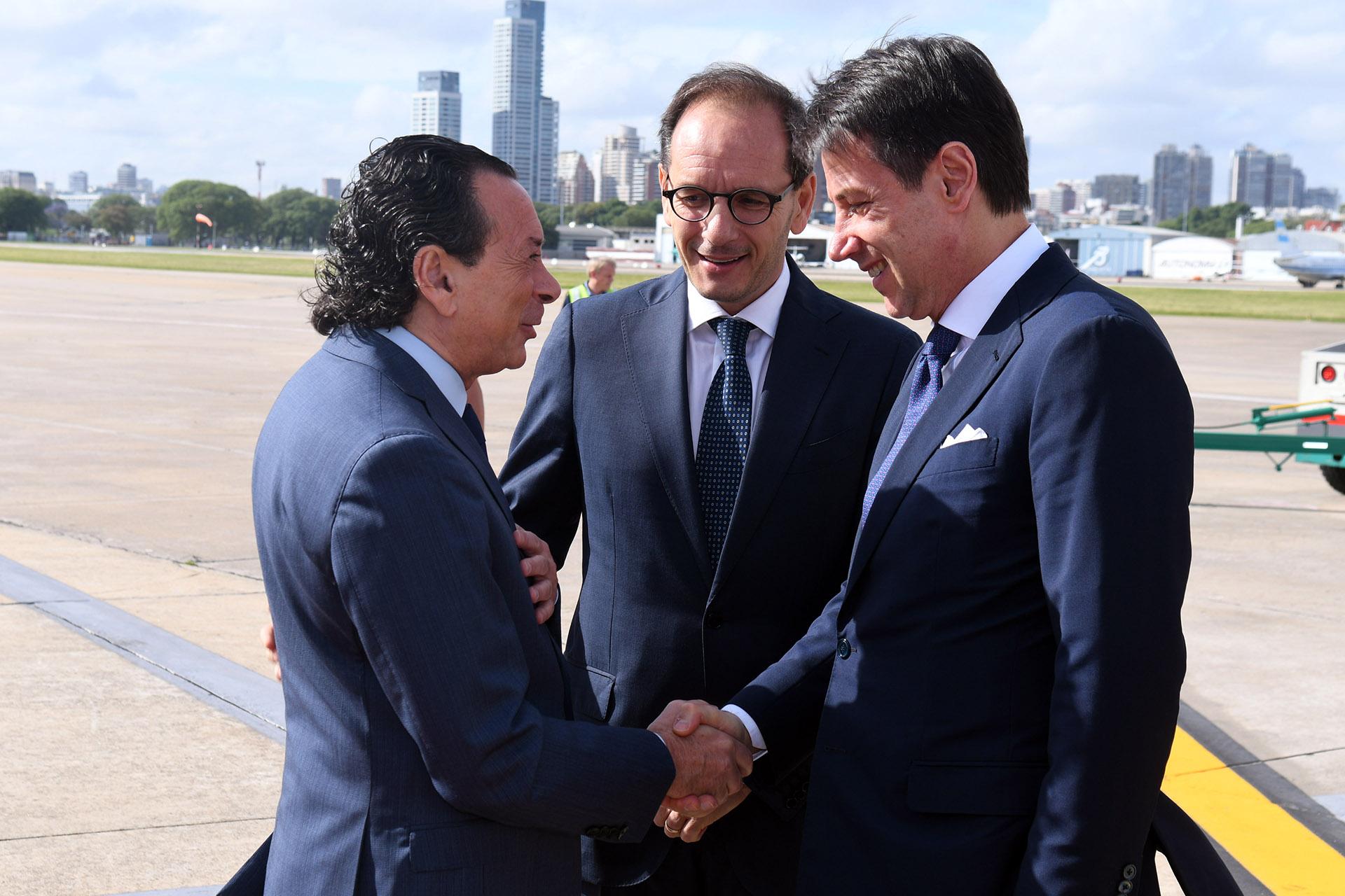 El ministro de Producción y Trabajo, Dante Sica, recibió en Aeroparque a Giuseppe Conte