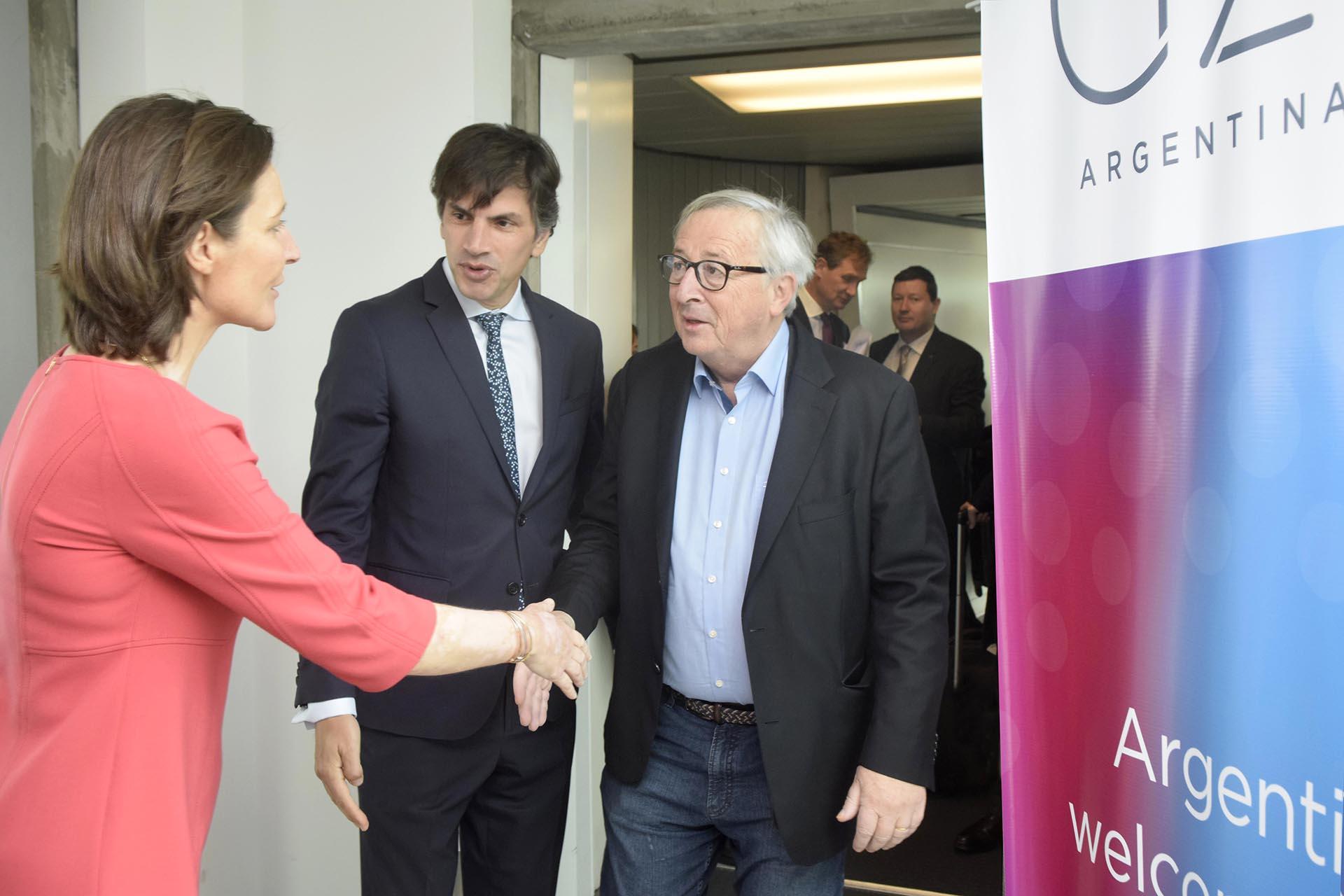 La diplomática saluda a Jean-Claude Juncker, presidente de la Comisión Europea, tras su arribo a Buenos Aires
