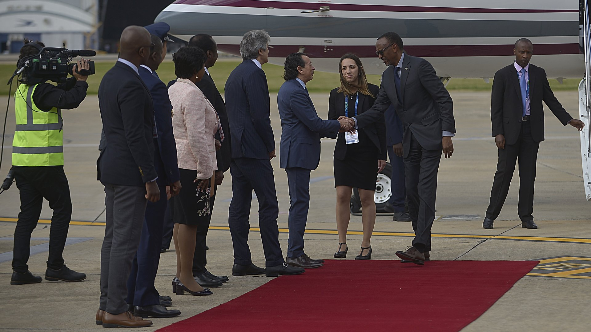 El ministro Dante Sica recibe al mandatario de Ruanda en Aeroparque