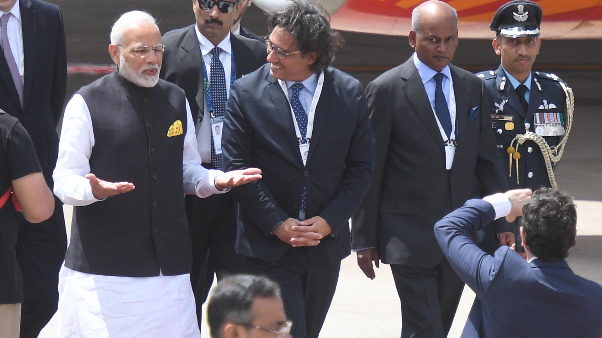 Al bajar de las escaleras, Modi fue recibido por el ministro de Justicia, Germán Garavano