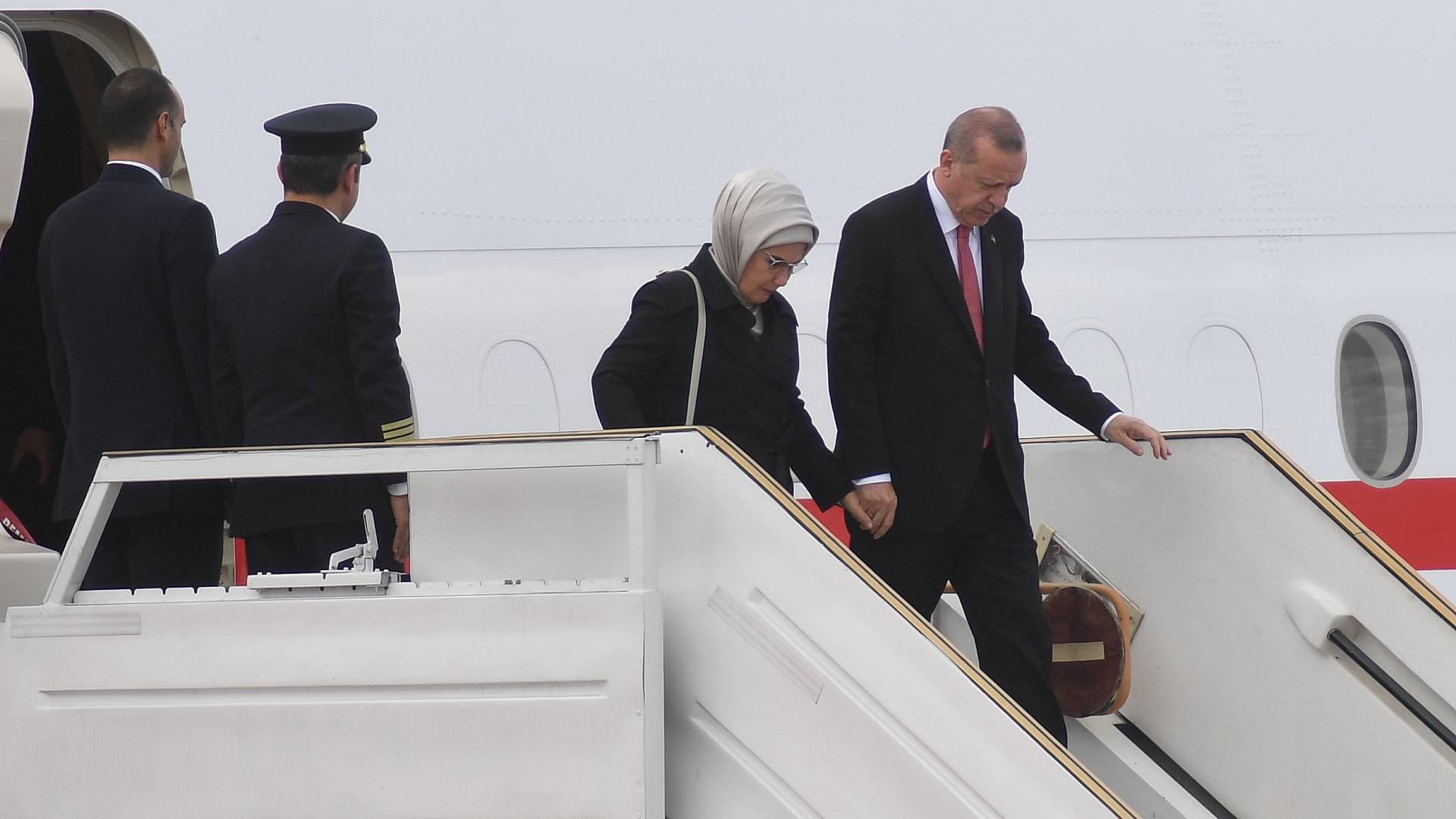 El presidente de Turquía, Recep Tayyip Erdogan, desciende del Boeing 747 oficial tras su arribo a Ezeiza