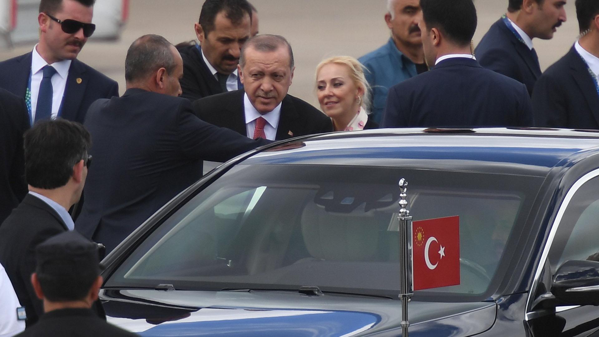 Erdogan y la primera dama fueron recibidos por el ministro argentino de Cultura, Pablo Avelluto, y la embajadora de Turquía en Buenos Aires, Meral Barlas