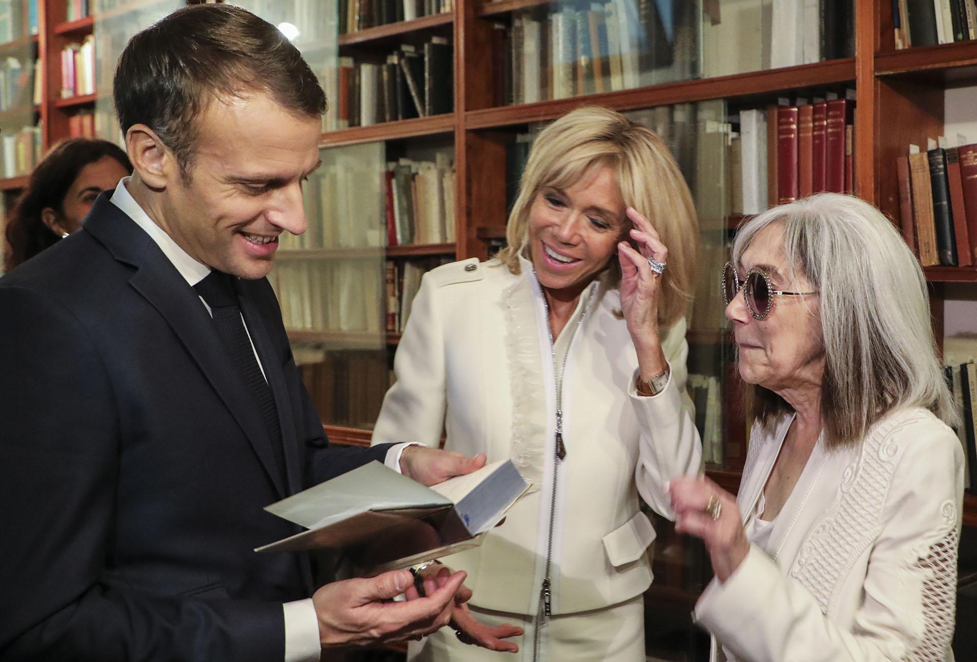 Emmanuel Macron y su esposa Brigitte Macron hablan con la viuda deJorge Luis Borges, la escritora Maria Kodama (AFP)