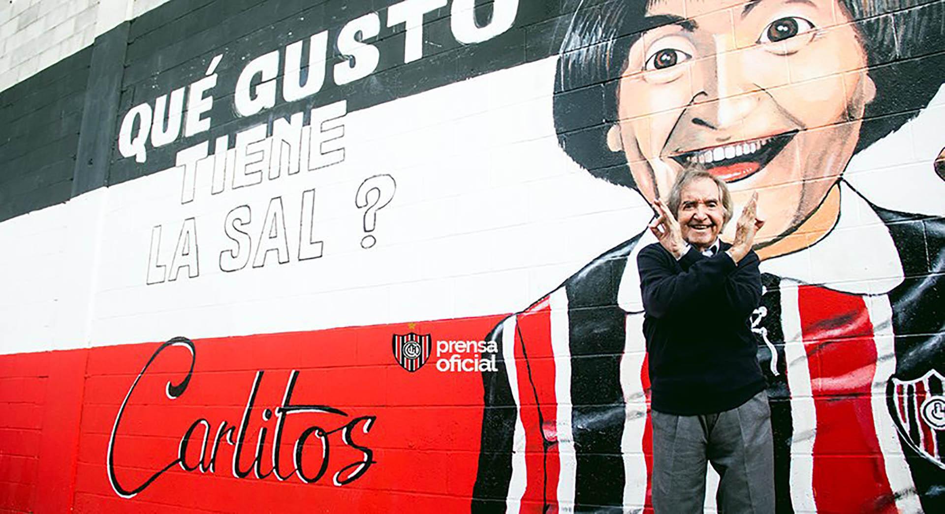 """En la cancha de Chacarita, le dedicaron un mural al artista con la frase """"¿qué gusto tiene la sal?"""""""