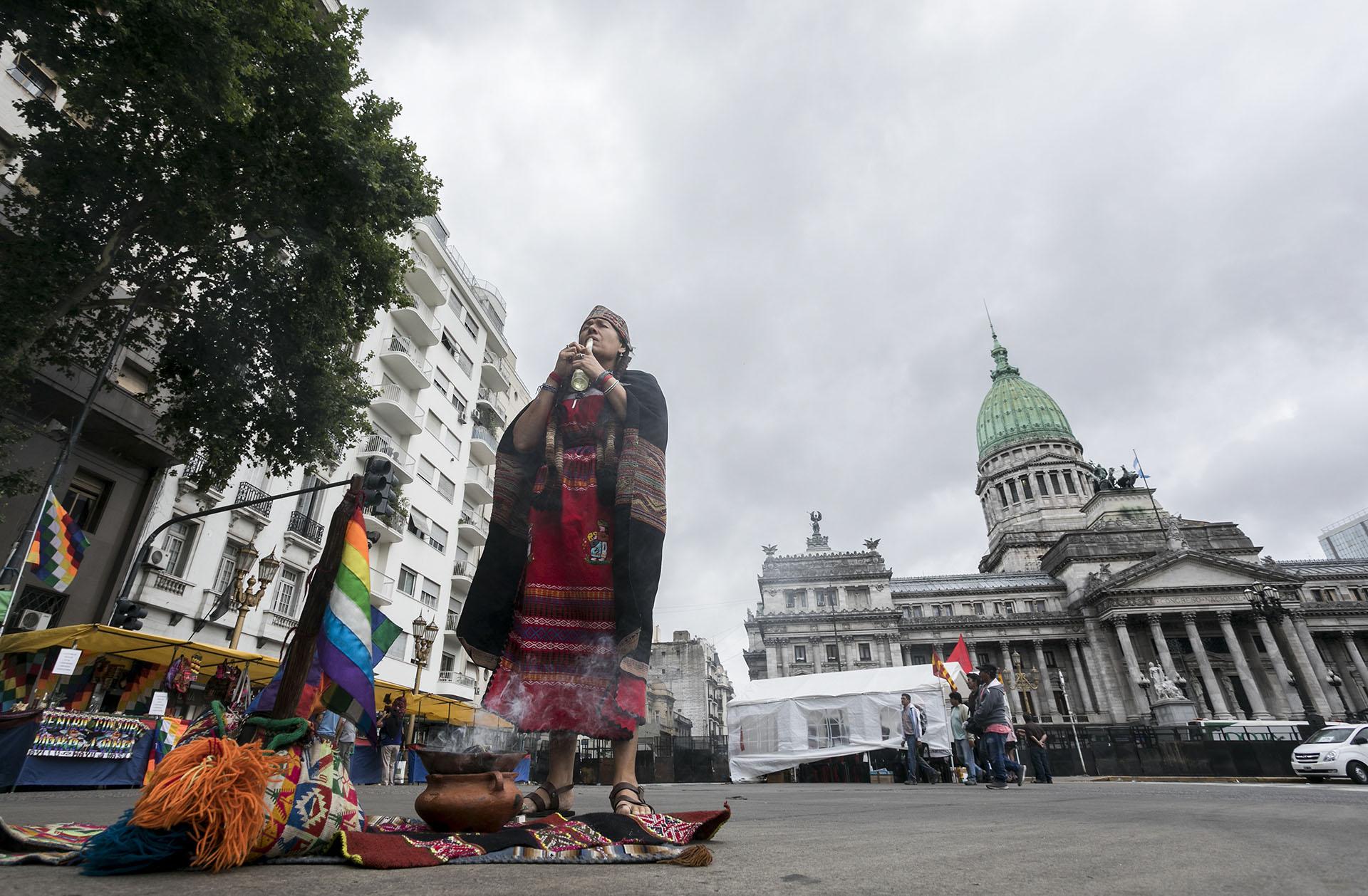 Cientos de personas se movilizaron para repudiar la llegada de los principales líderes mundiales al país (AFP)