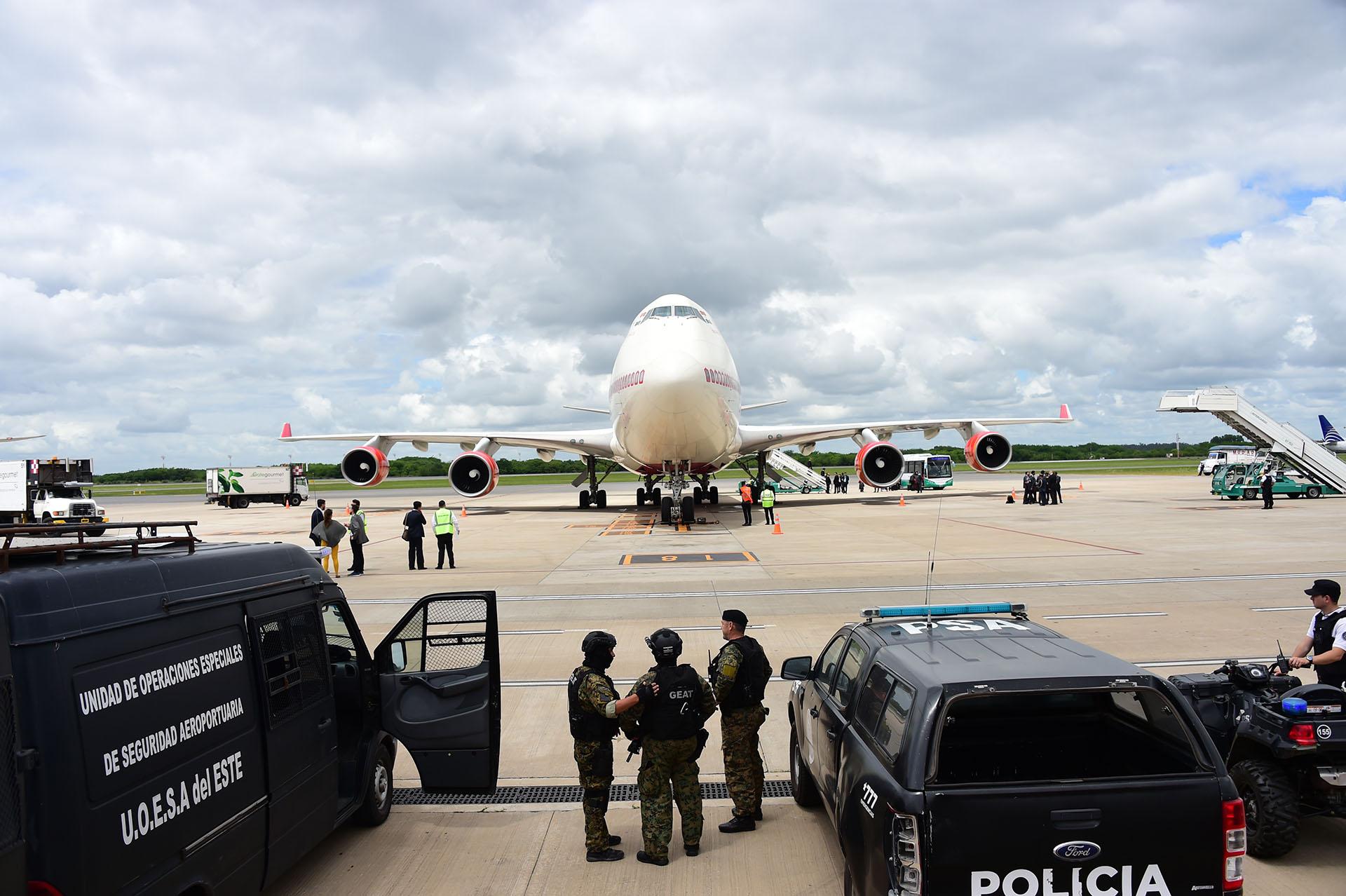 El aeropuerto de Ezeiza está repleto de efectivos de las fuerzas de seguridad que custodian la llegada de los mandatarios (AFP)