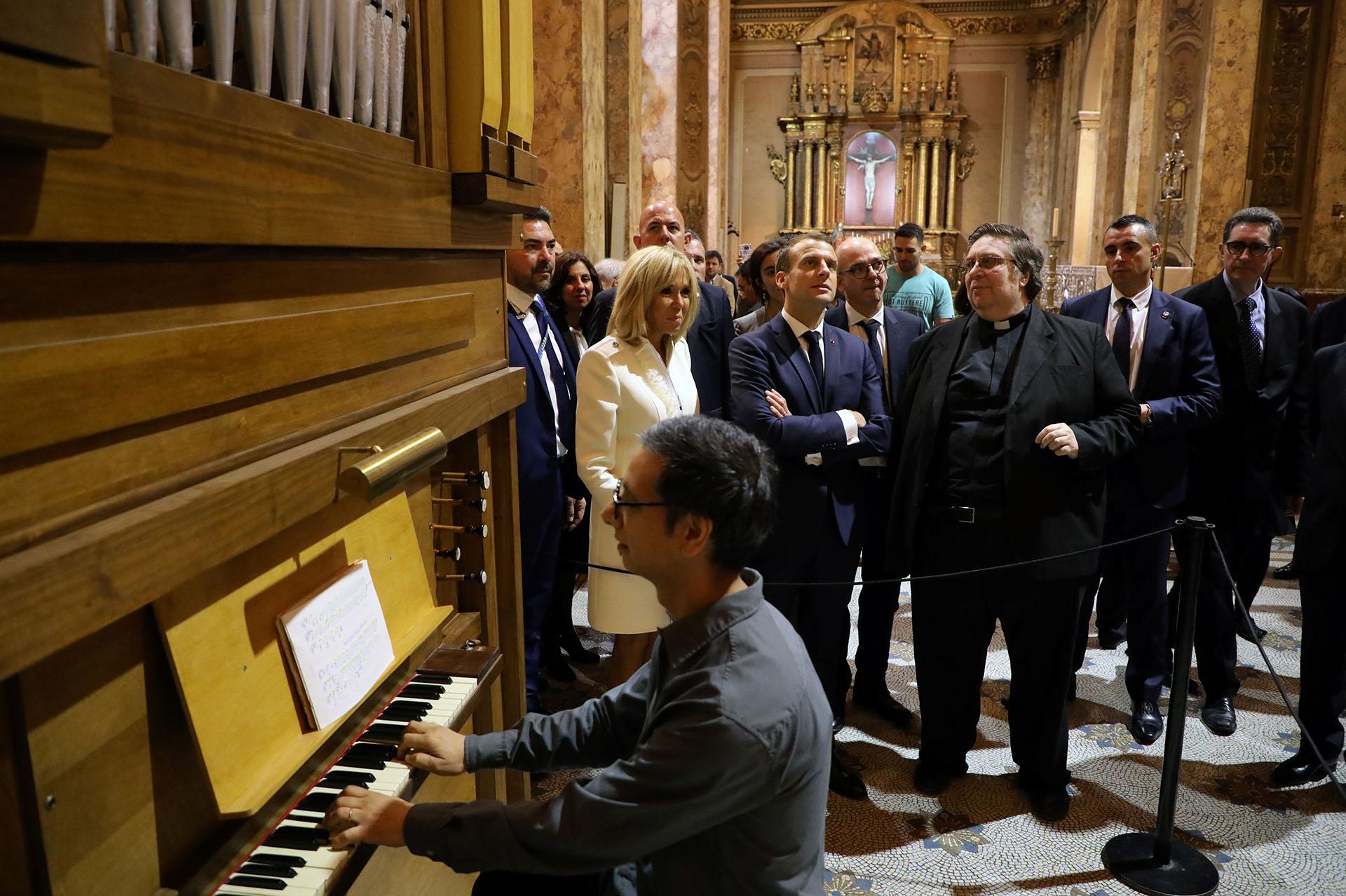 Emmanuel Macron en la Catedral Metropolitana (AFP)