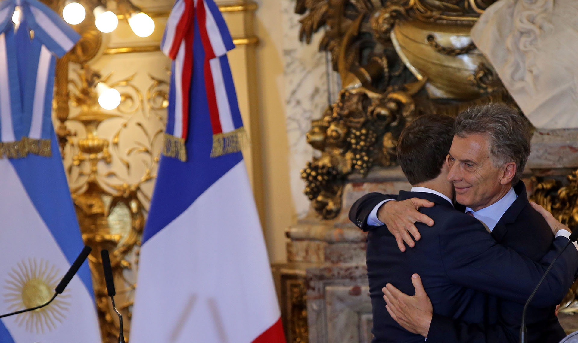 Macri y Macron se saludan antes de la conferencia de prensa conjunta que bridaron en la Casa Rosada (Reuters)