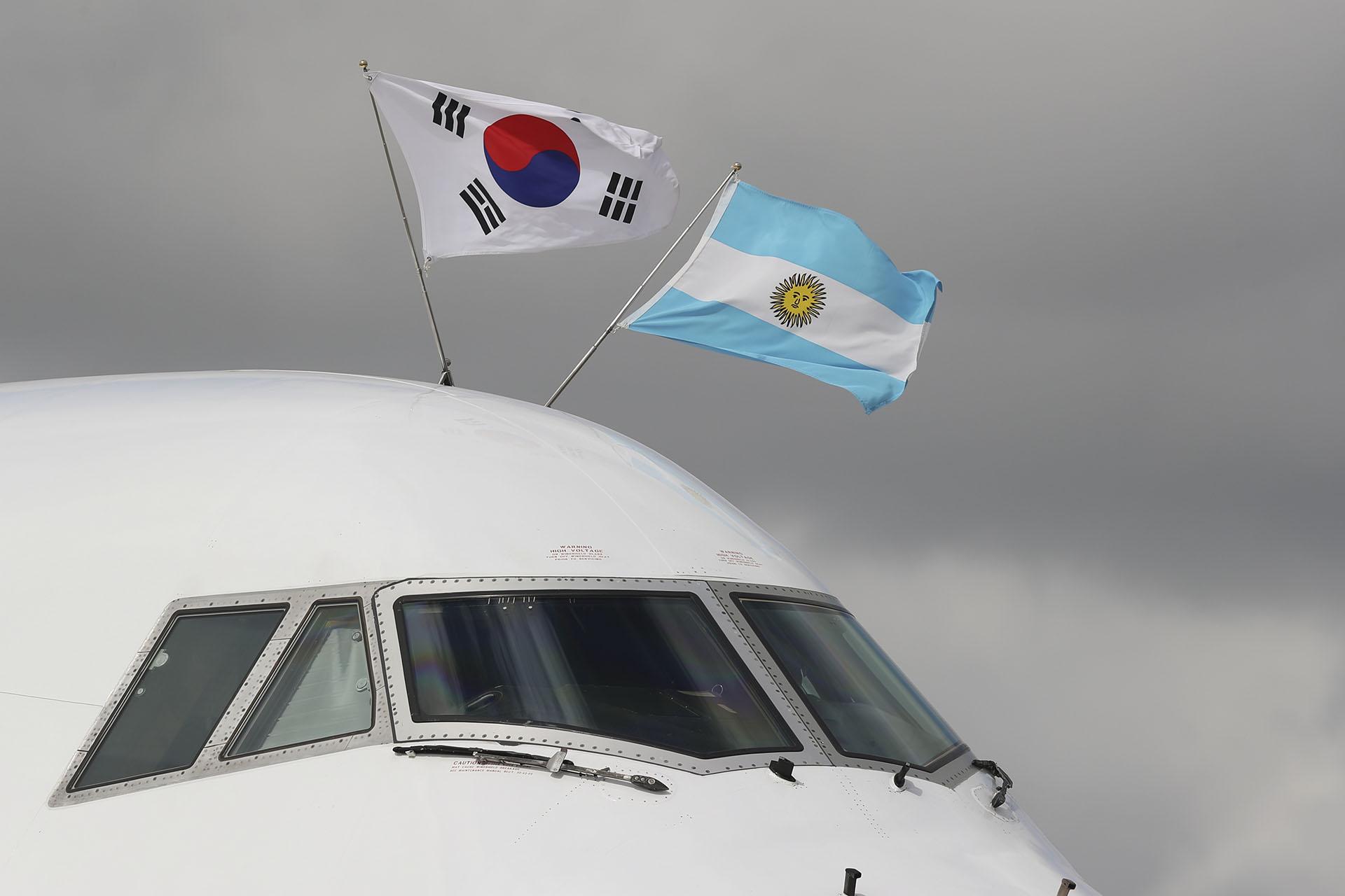 Las banderas del avión de Corea del Sur en el aeropuerto de Ezeiza (AP)