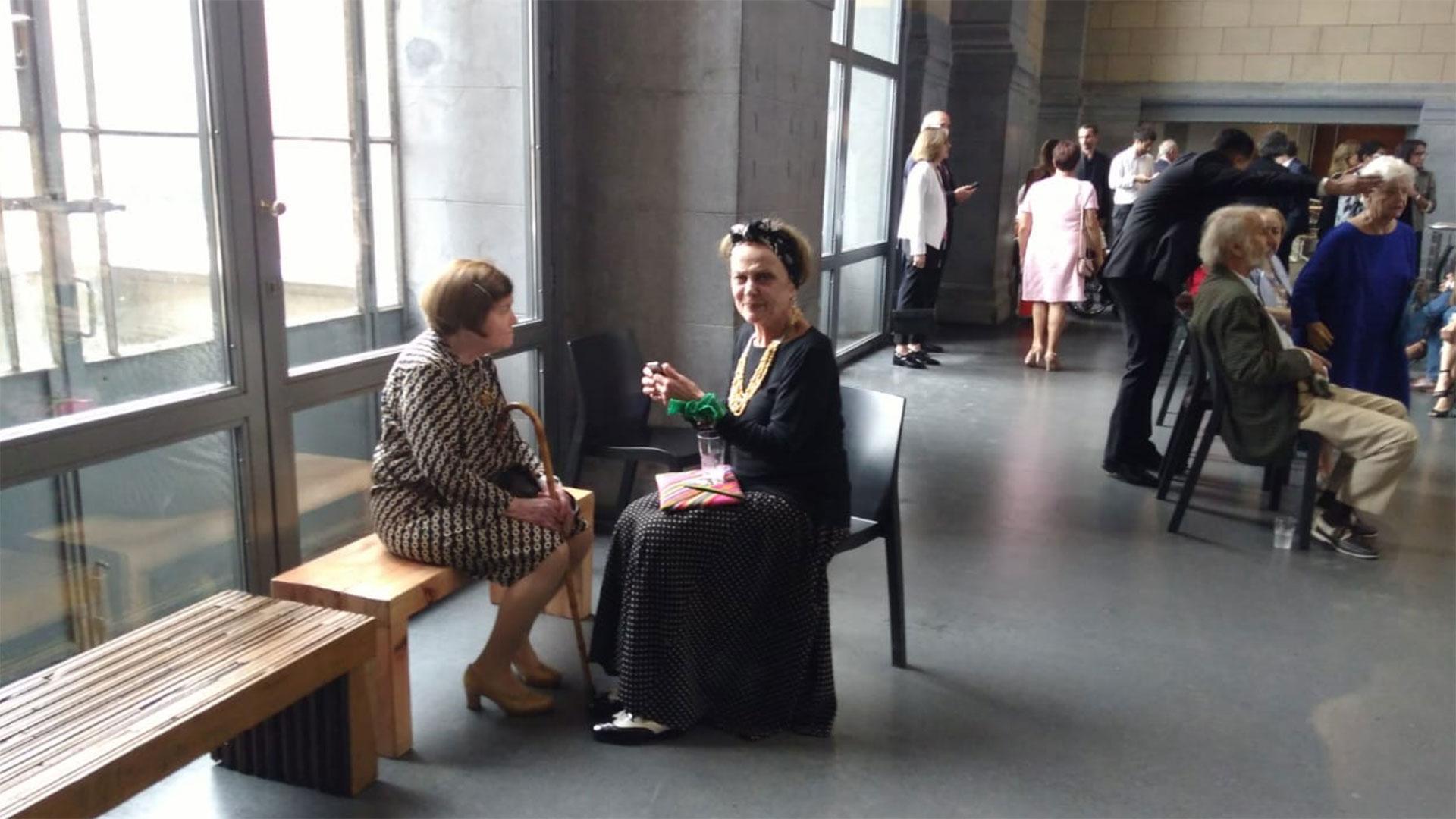 La chef Beatriz Chomnalez y la actriz Marilú Marini, esperando la llegada de Macron