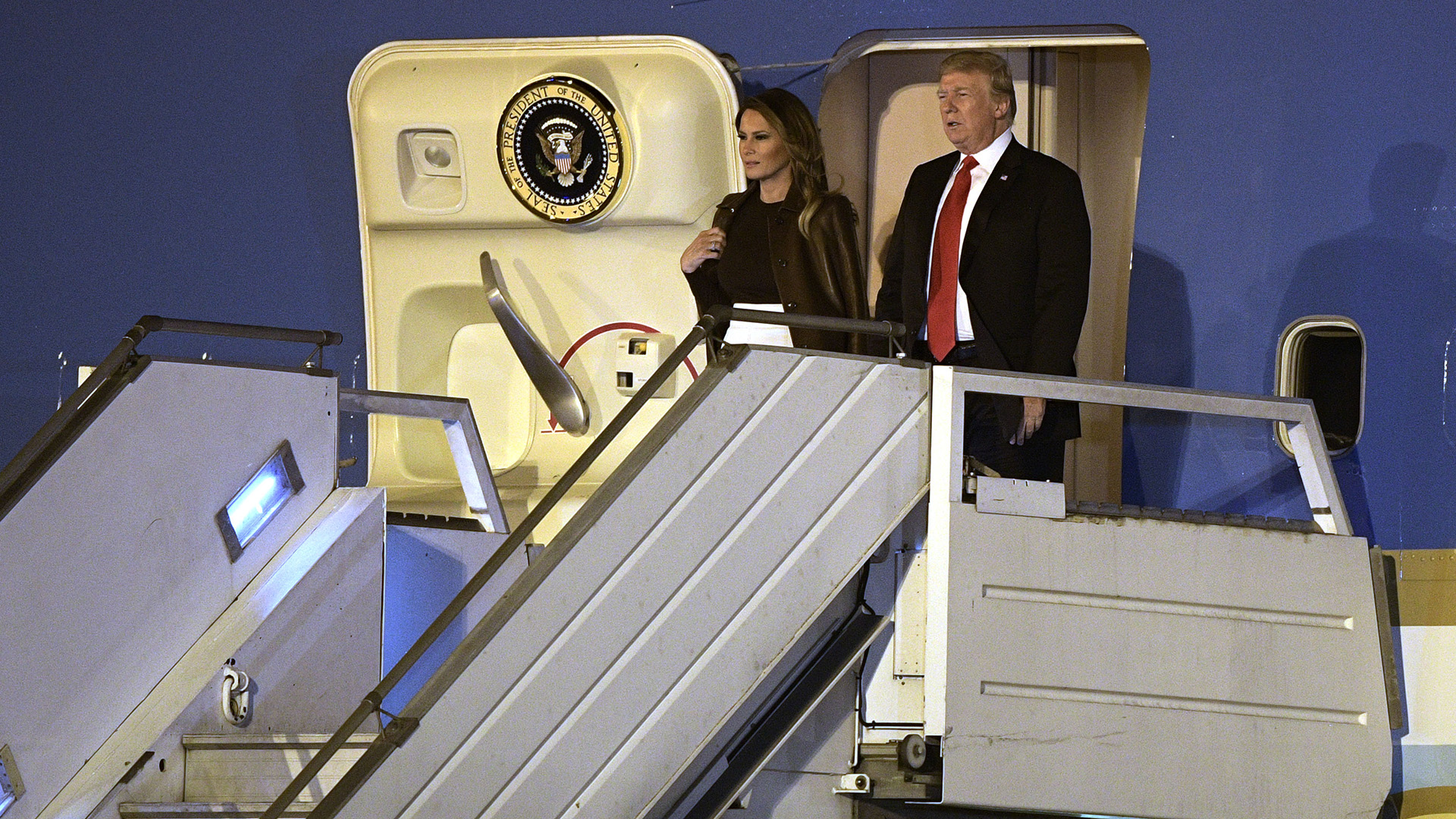 El presidente de Estados Unidos, Donald Trump, y su mujer Melania, al llegar anoche a la Argentina. (AFP)