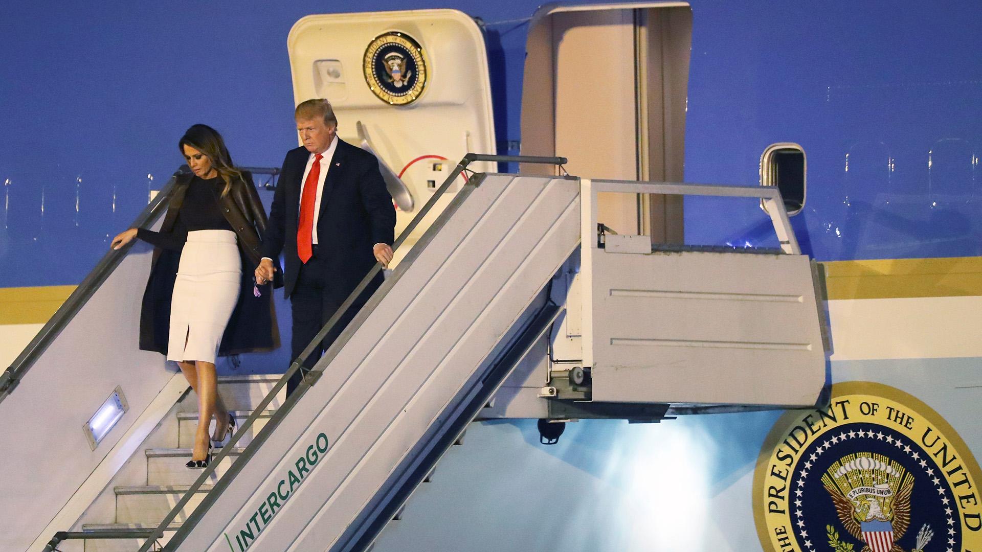 Donald Trump y su esposa Melania bajan del avión