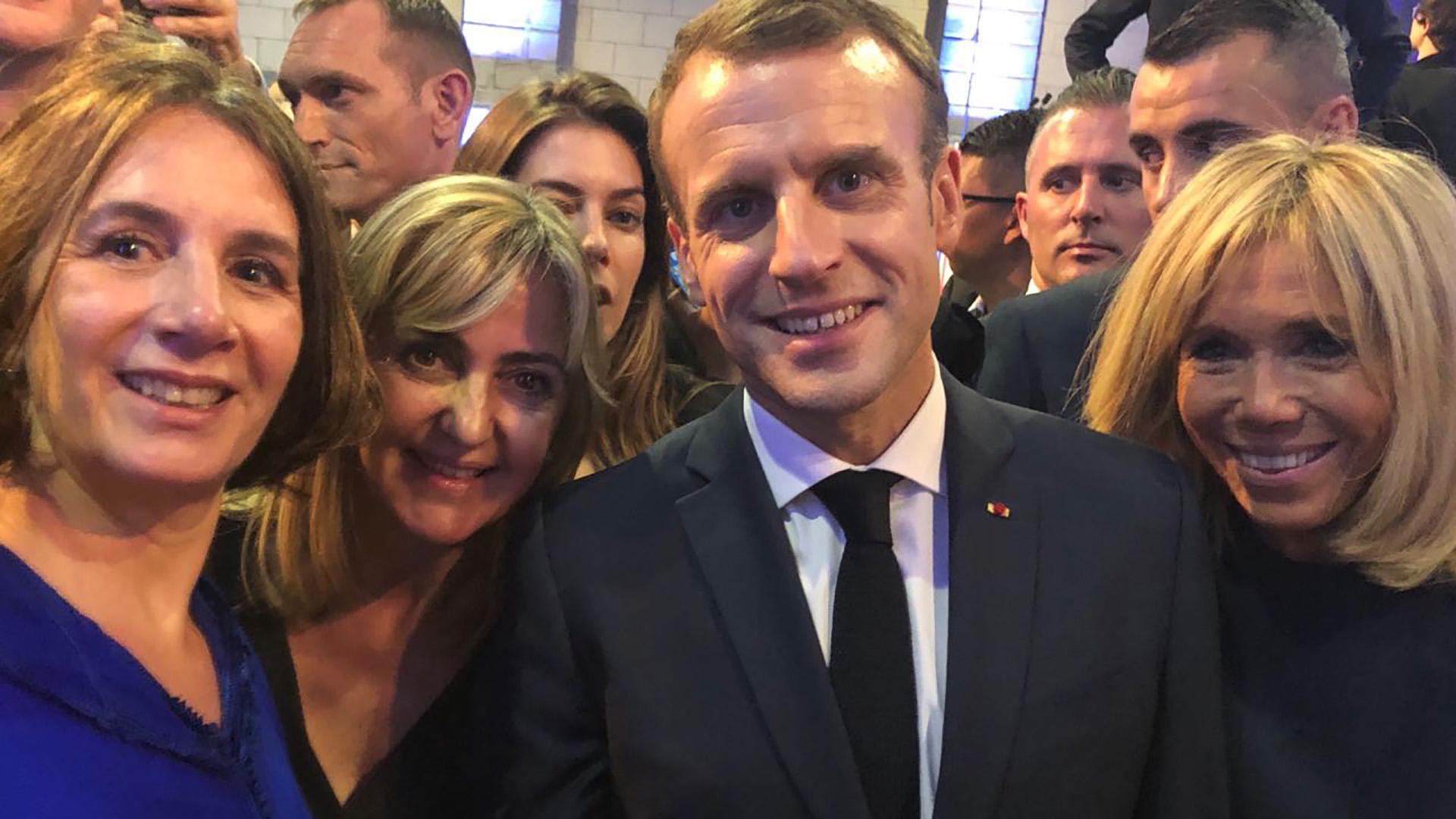 Dominique Biquard (Identia, Marianne) y Alejandra Alberdi (vicepresidente de AySA) con el presidente Macron y su esposa Brigitte