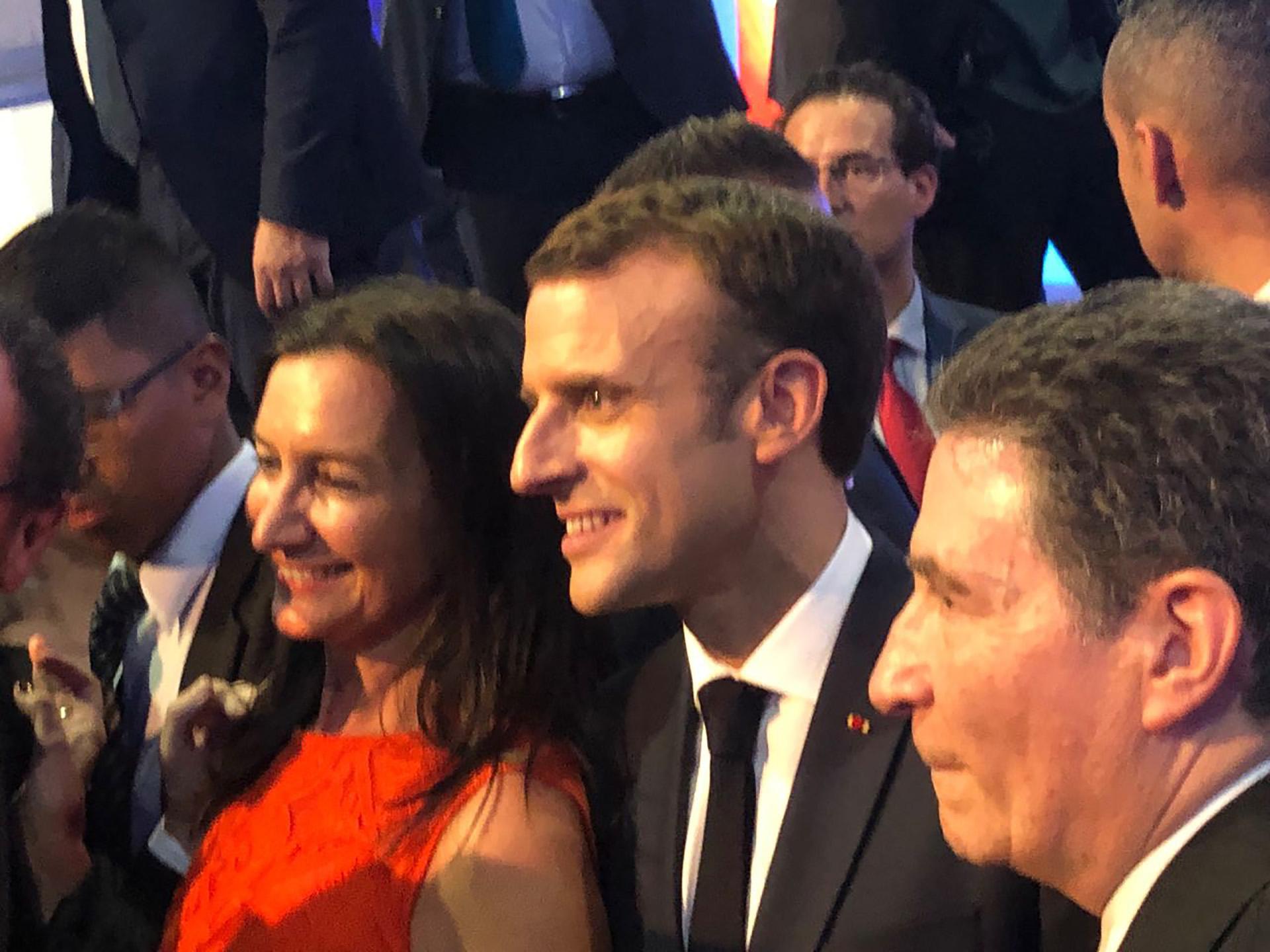 Andrea Grobocopatel, Emmanuel Macron y el embajador de Francia en la Argentina, Pierre-Henri Guignard