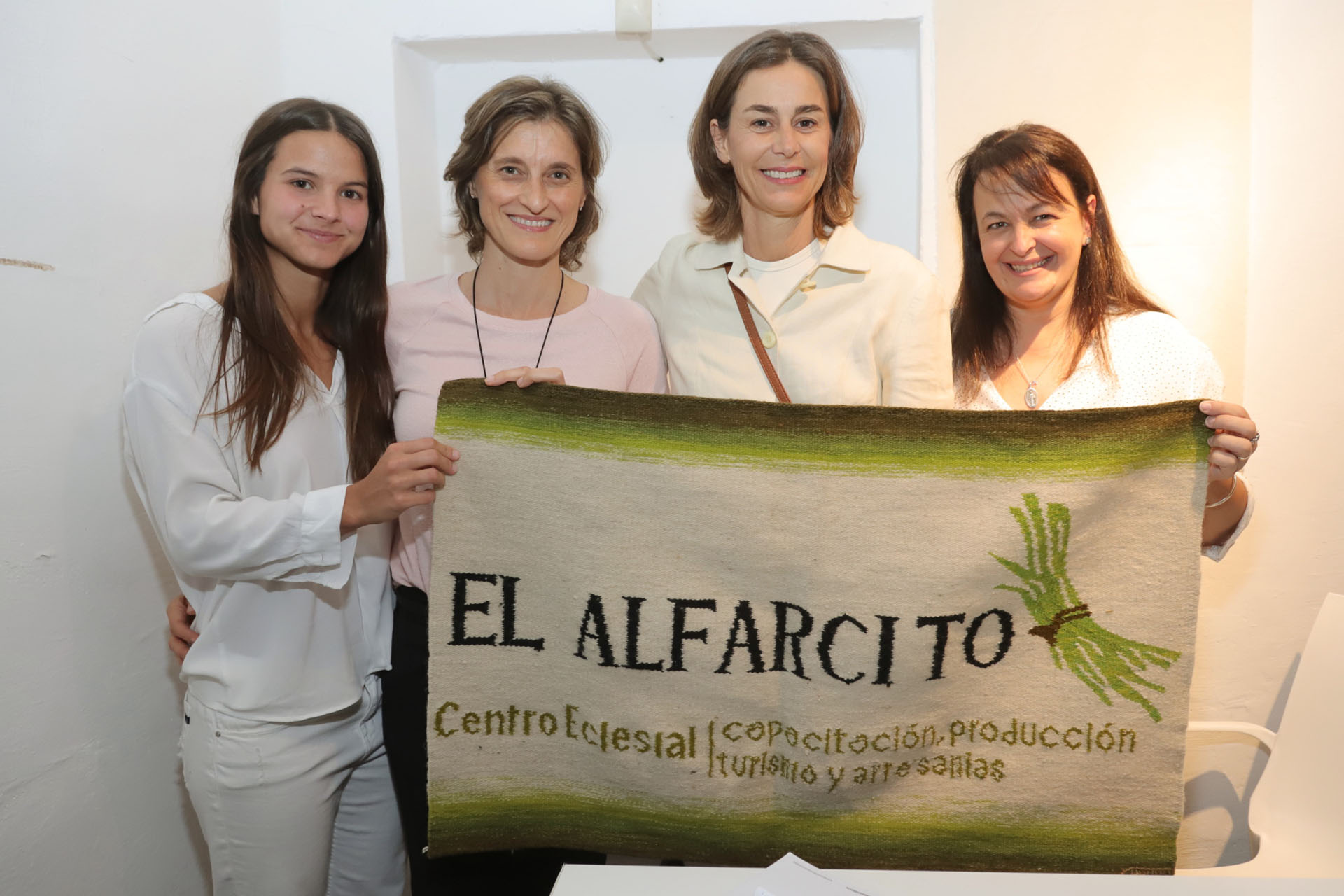 Azul junto a María Etchevere, esposa del secretario de Agroindustria, junto al Colegio El Alfarcito, primer y único secundario en el cerro salteño