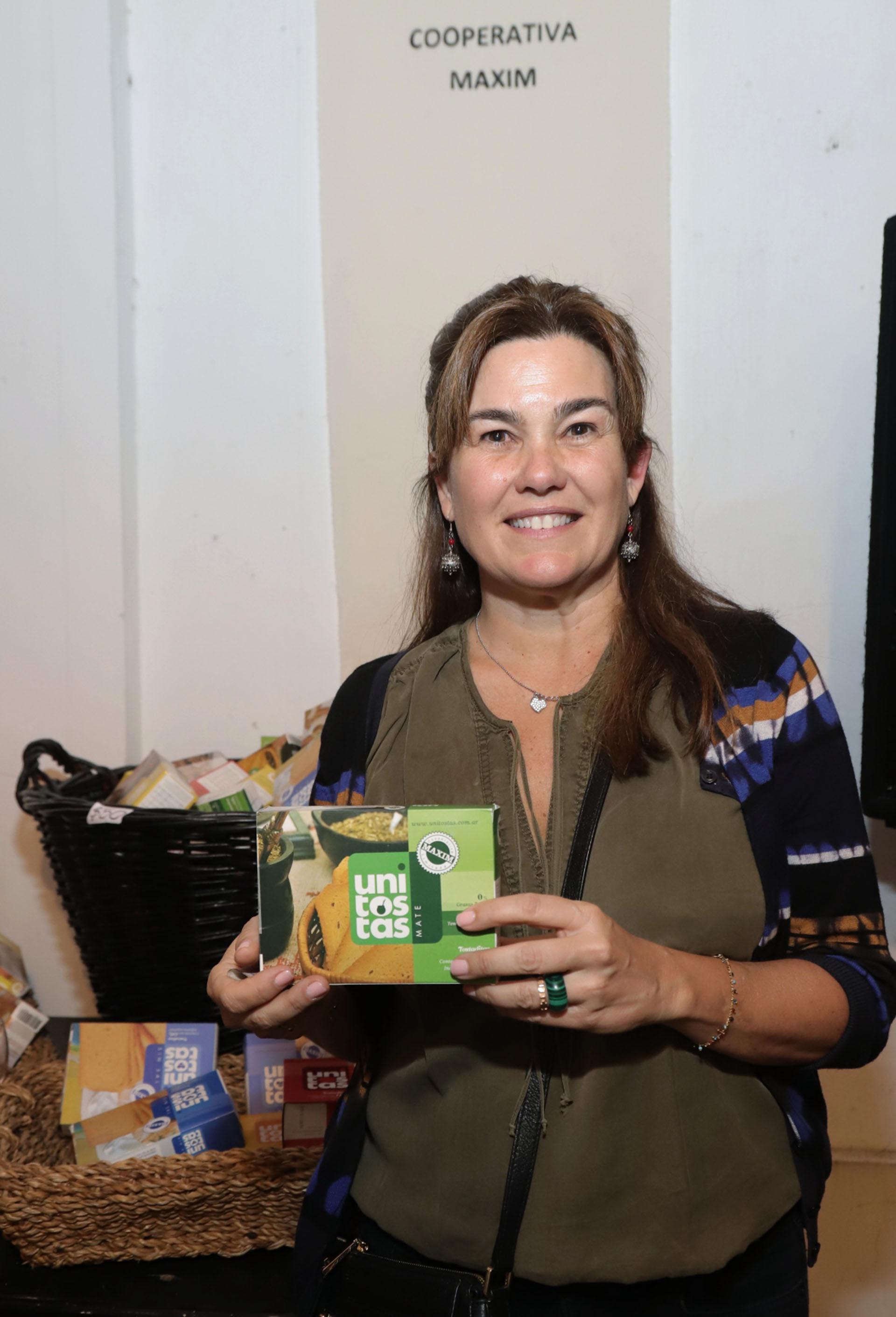 María Iturreaga, voluntaria de La Casita Azulado, vendiendo las tostaditas de Cooperativa Maxim