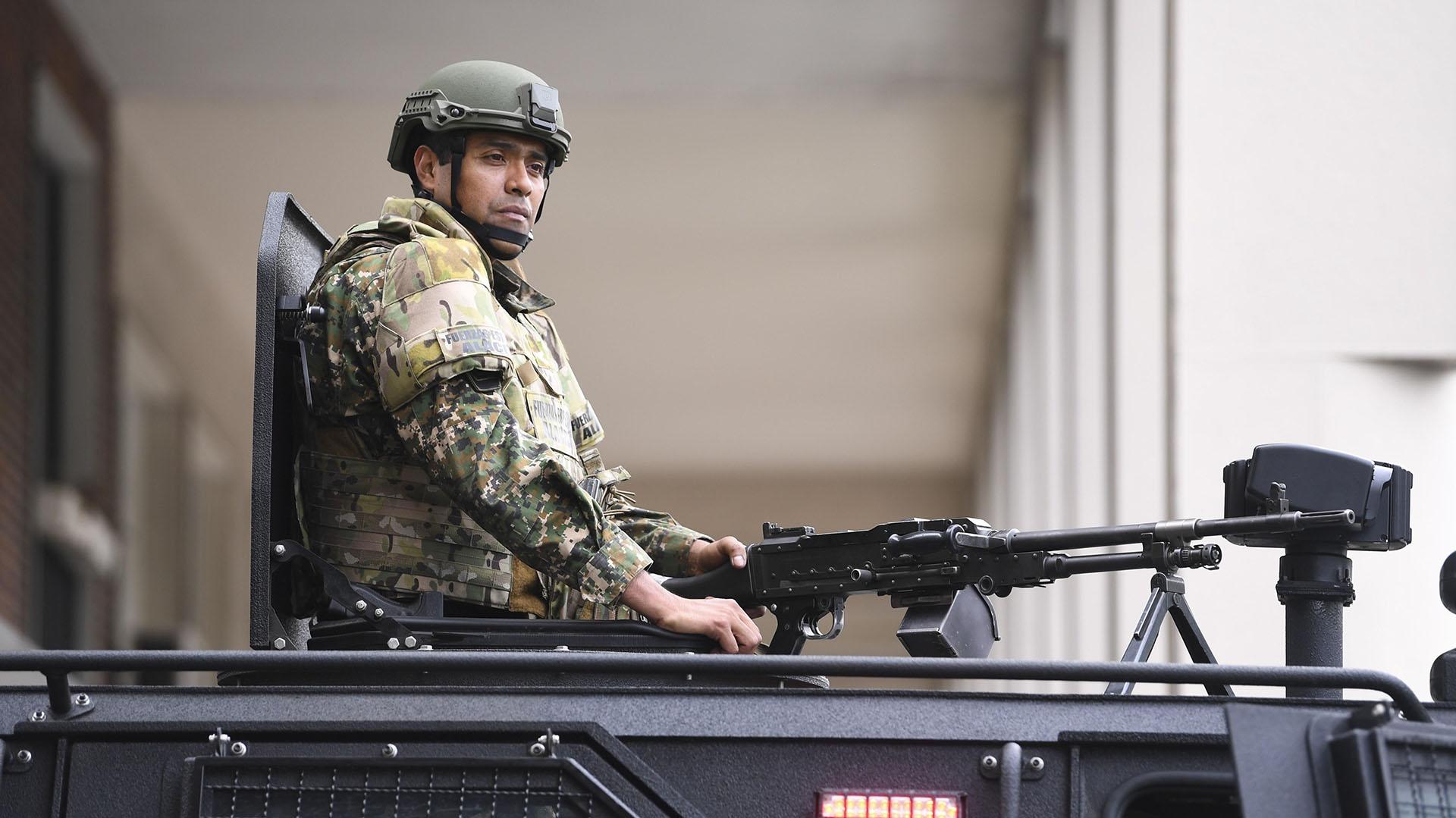 Un miembro de la Gendarmería Nacional monta guardia en un vehículo blindado cerca del lugar donde se lleva a cabo la Cumbre del G20