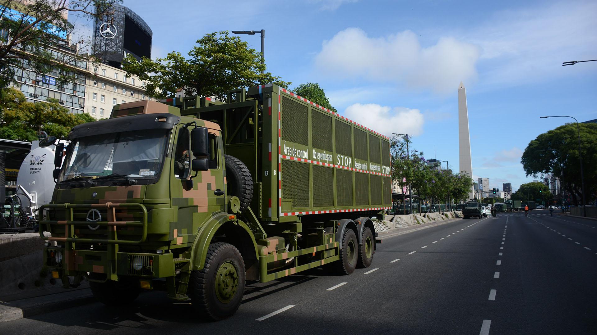 Uno de los camiones destinados al megaoperativo de seguridad apostado sobre la Avenida 9 de Julio en la previa de la marcha anti G20