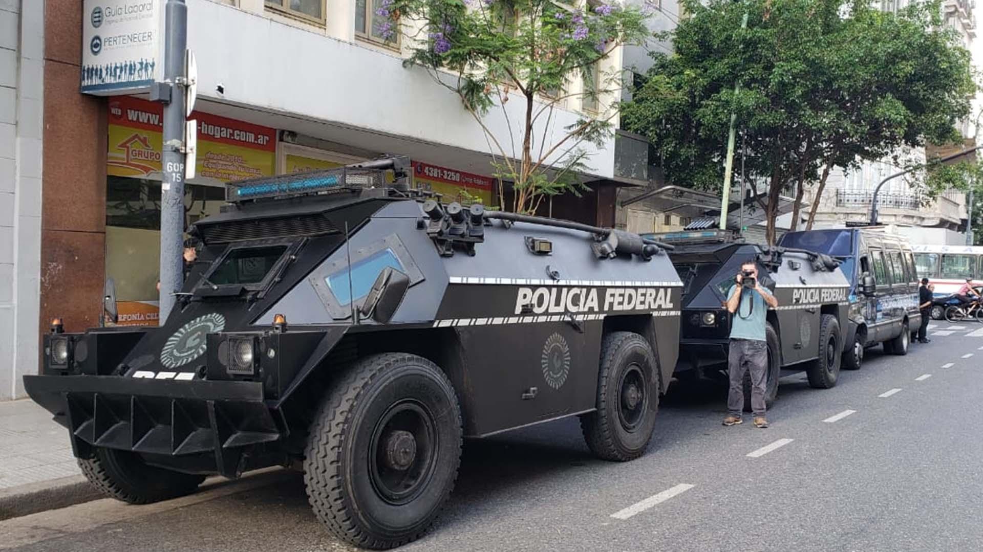 BlindadosBDX de la PFA apostadas sobre una de las calles laterales a la9 de Julio, por donde marcharán los manifestantes.