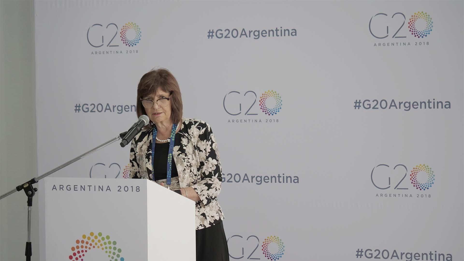 La ministra de Seguridad Patricia Bullrich en el centro de medios