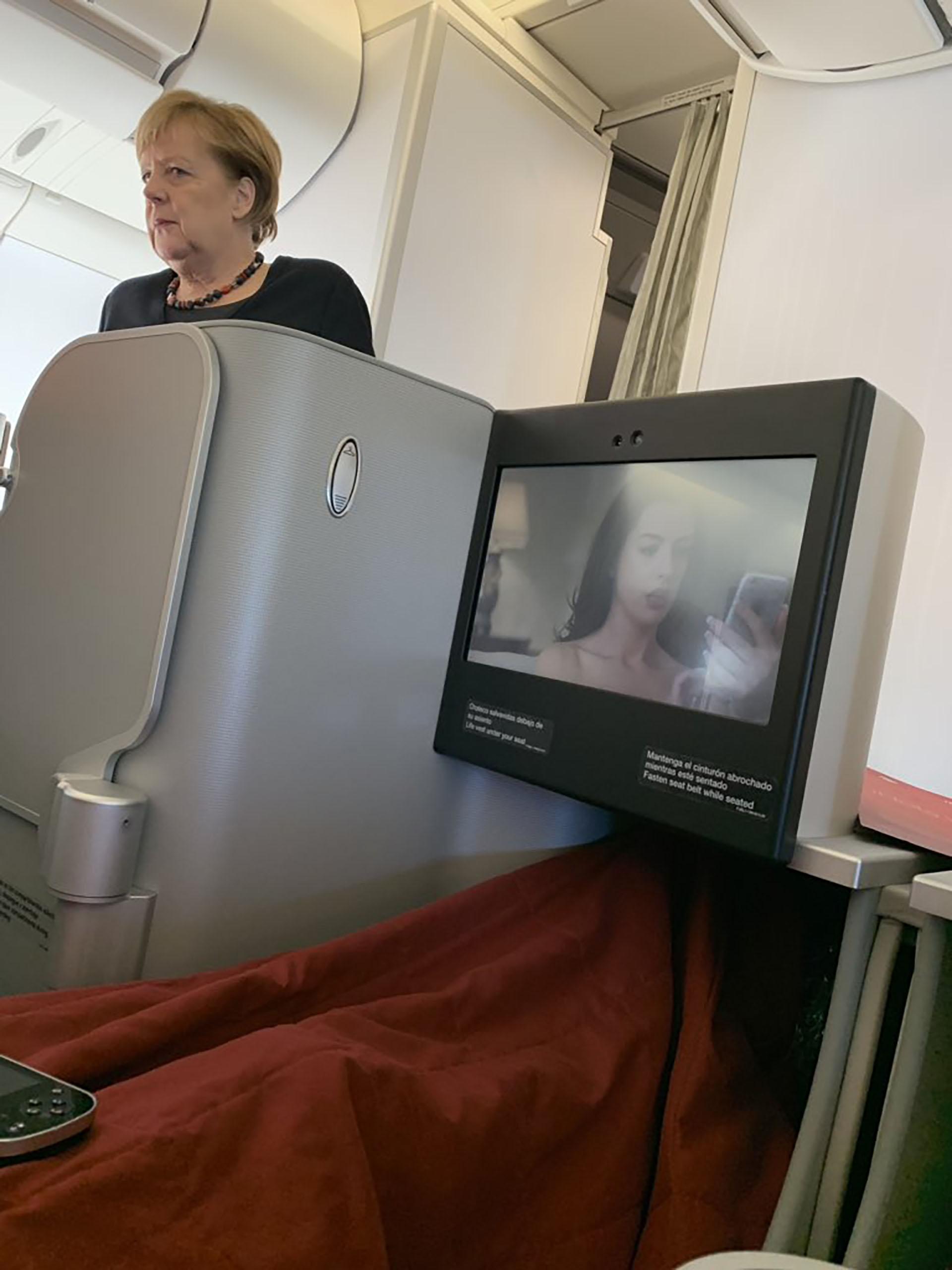La canciller alemana, Angela Merkel, en el vuelo de Iberia que la traslada a Buenos Aires (Twitter: @AGUSAGUERO20)
