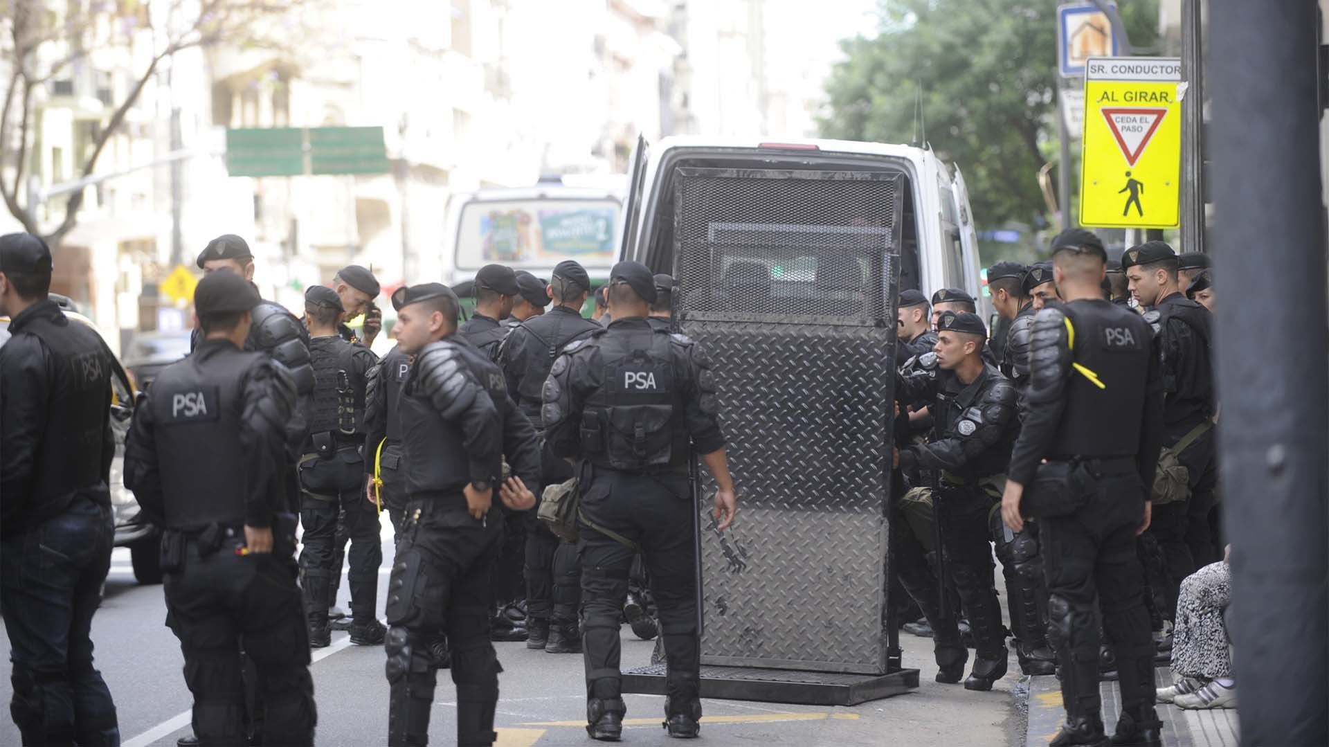 La PSA emplaza un vallado: hay mil efectivos de fuerzas de seguridad en Plaza Congreso.
