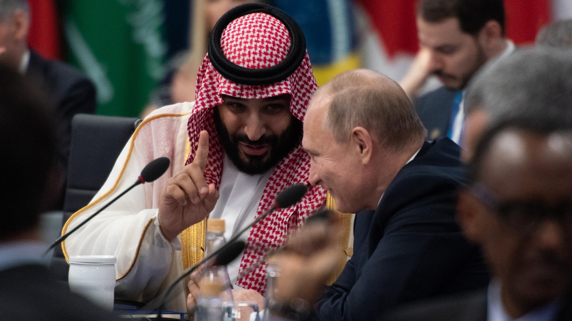 Bin Salman y Putin dialogan durante el encuentro de mandatarios
