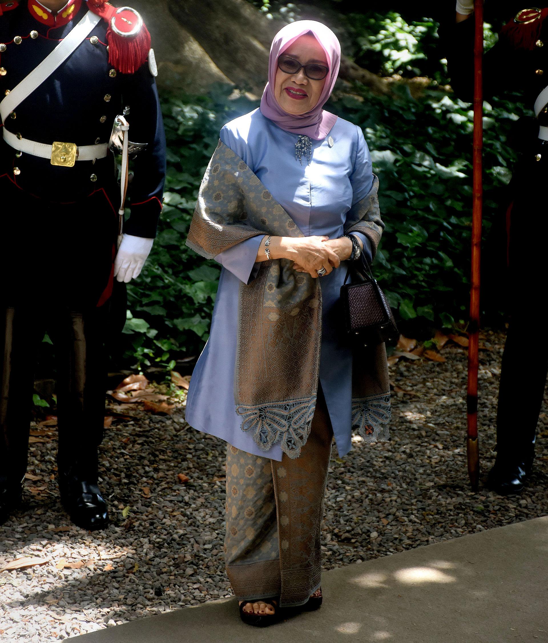 Mufidah Jusuf Kalla lamujer del vicepresidente deIndonesia lució la vestimenta típica en lavanda y ocre, y el tradicional hijab en rosa