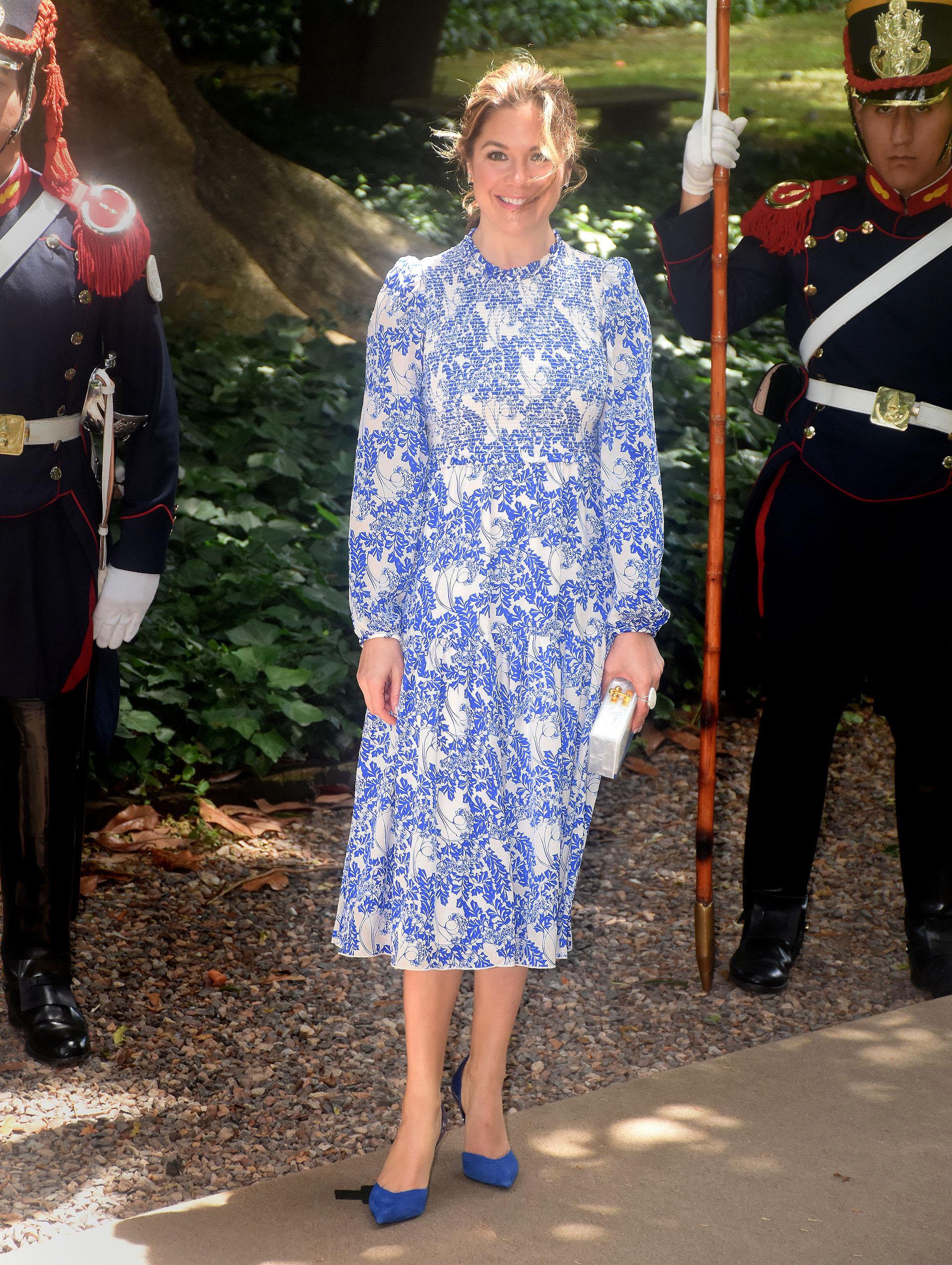 Sophie Trudeau, Canadá. La primera dama apostó al azul y blanco. Un vestido por debajo de la rodilla con mangas y cuello a la base con estampado floral, clutch rígido blanco de acrílico y stilettos en punta de gamuza