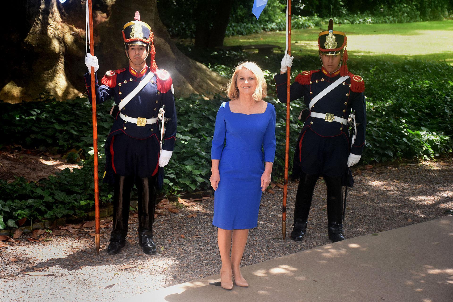 Małgorzata Tusk del Consejo Europeo apostó al azul Francia, un color que nunca falla en almuerzos oficiales. Escote cuadrado, mangas 3/4 y a la rodilla. Lo completó con aros de perlas y stilettos en punta nude