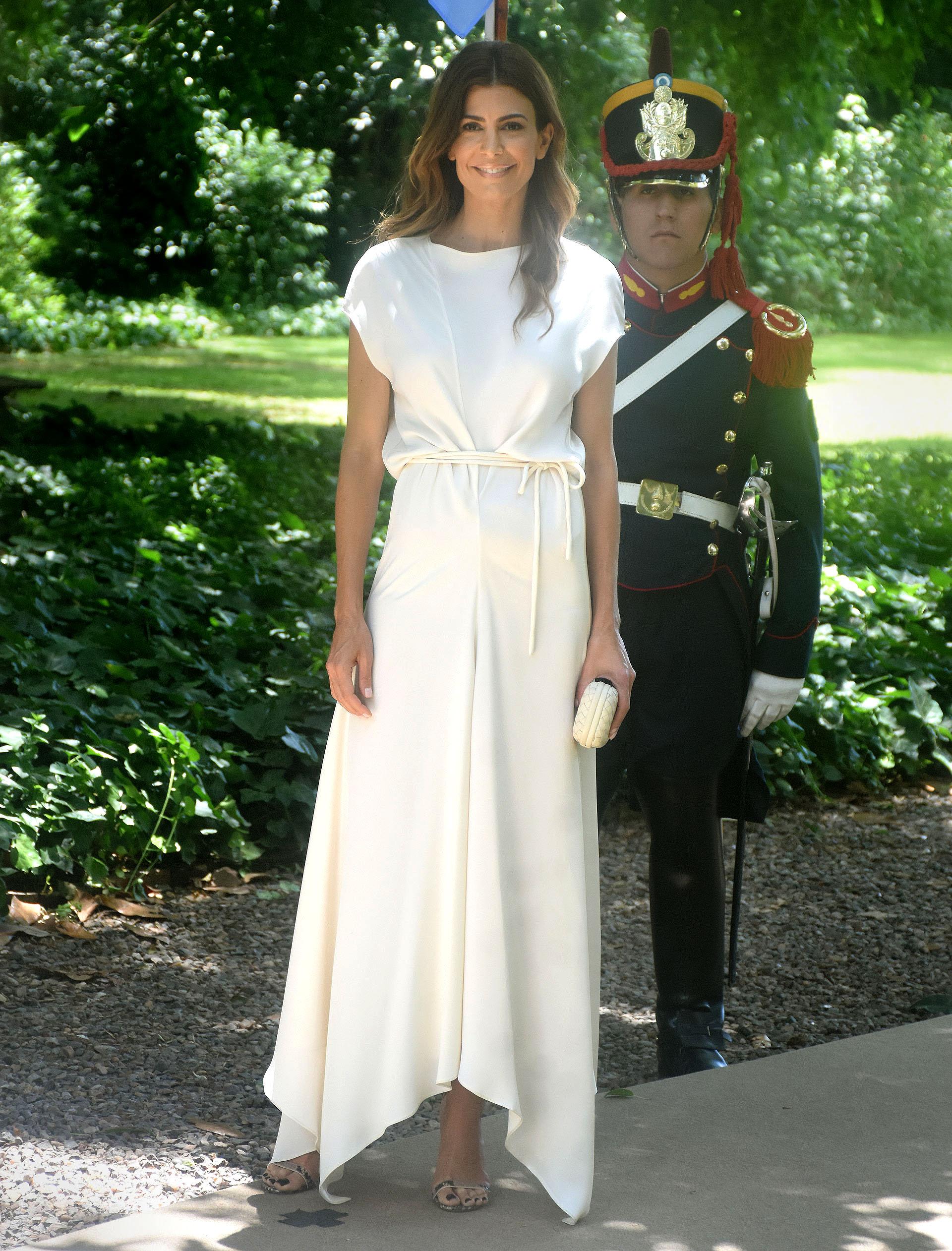 Juliana Awada, la anfitriona del almuerzo. Lució un vestido off white de corte irregular con líneas rectas con lazo a la cintura marcando su silueta. Sandalias plateadas, clutch de Bottega Venetta y cabello suelto. Fiel a su estilo