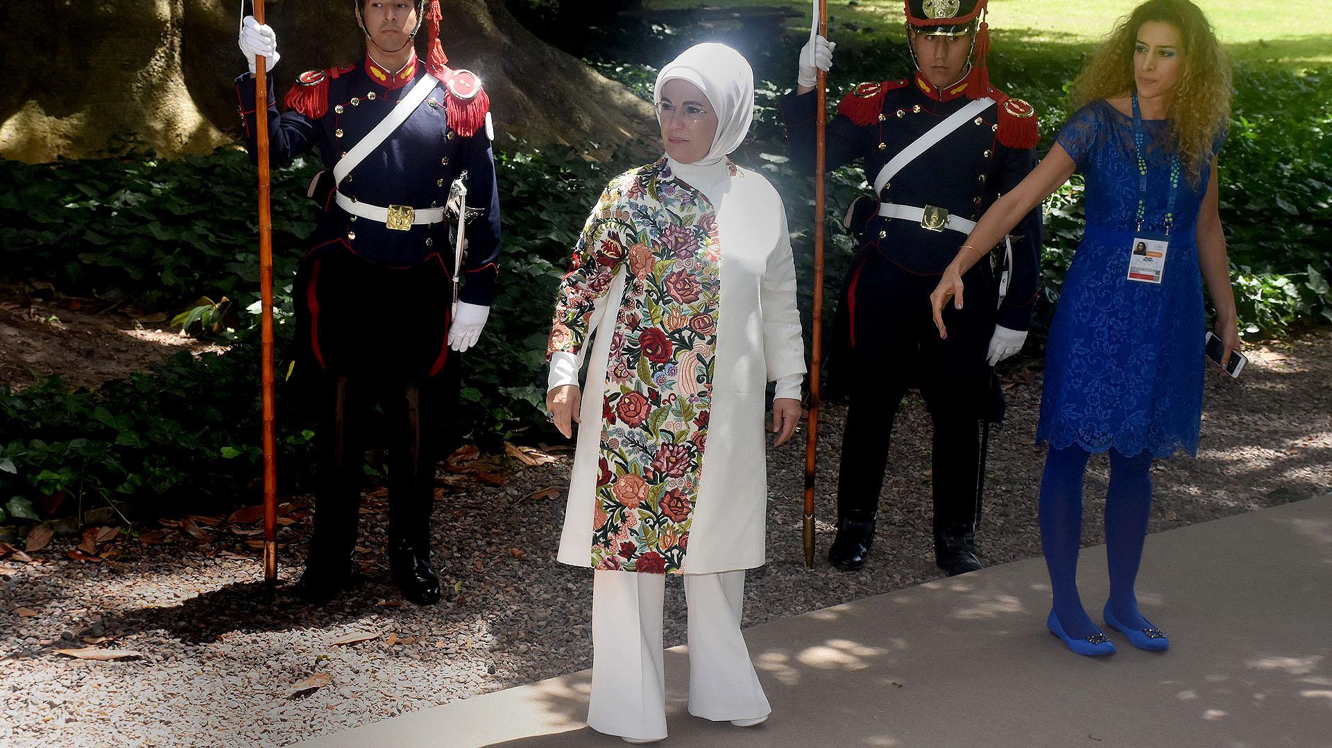 Emine Erdogan, la primera dama de Turquía apostó por el total white con estampado floreado. El tradicional hijab que indica la religión, pantalón largo y zapatos blancos