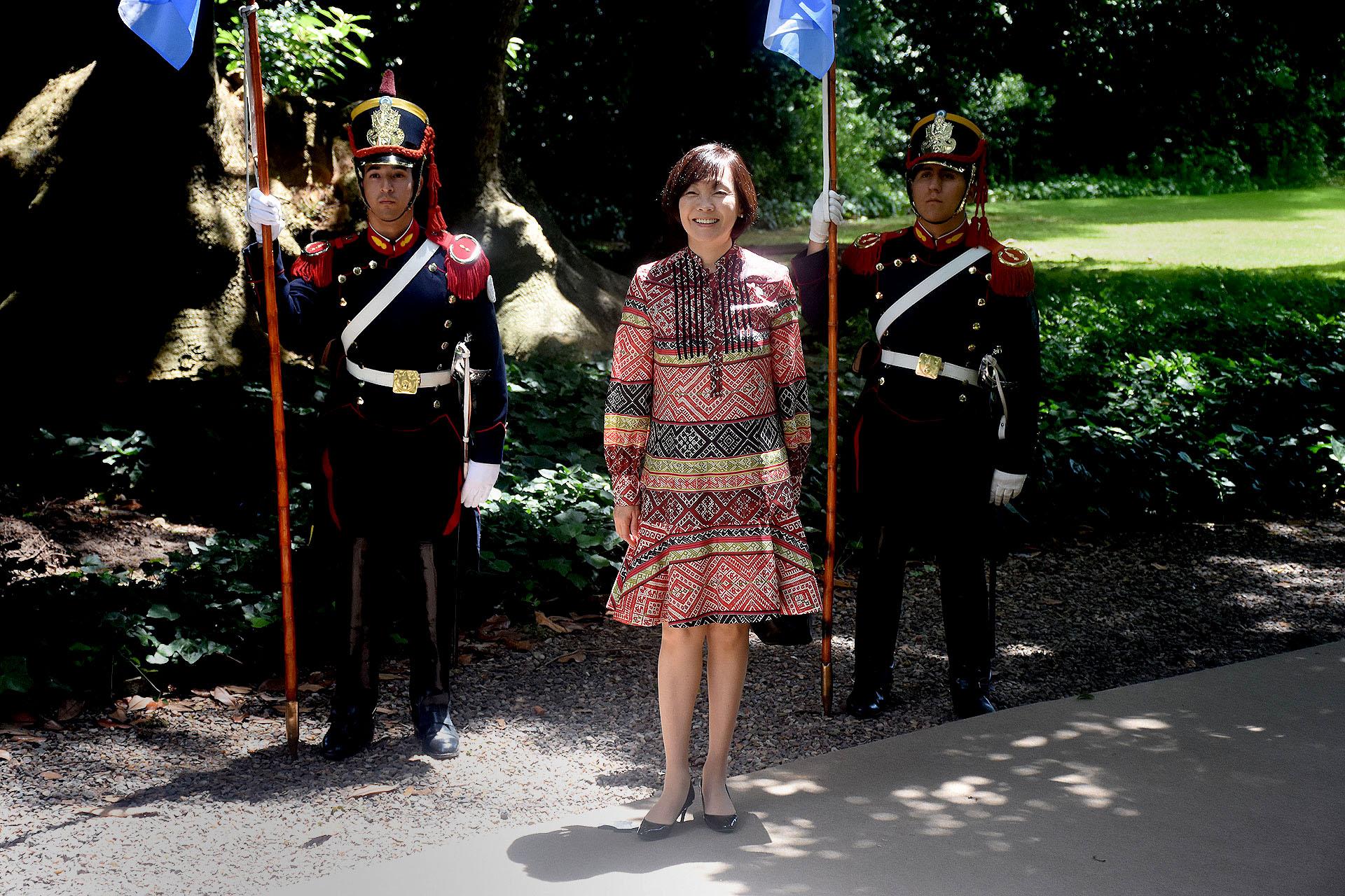 Akie ABE, la primera dama de Japón lució un vestido a la rodilla con estampados geométricos, mangas largas y cuello mao. Completó el look con stilettos en punta de taco chupete